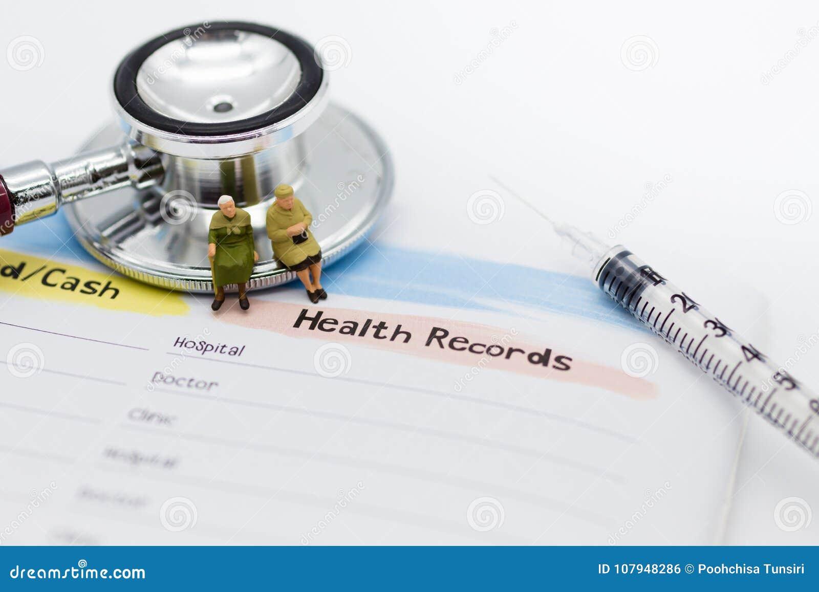 Miniatuurmensen: Bejaarden met jaarlijkse gezondheidscontrole Beeldgebruik voor gezond concept