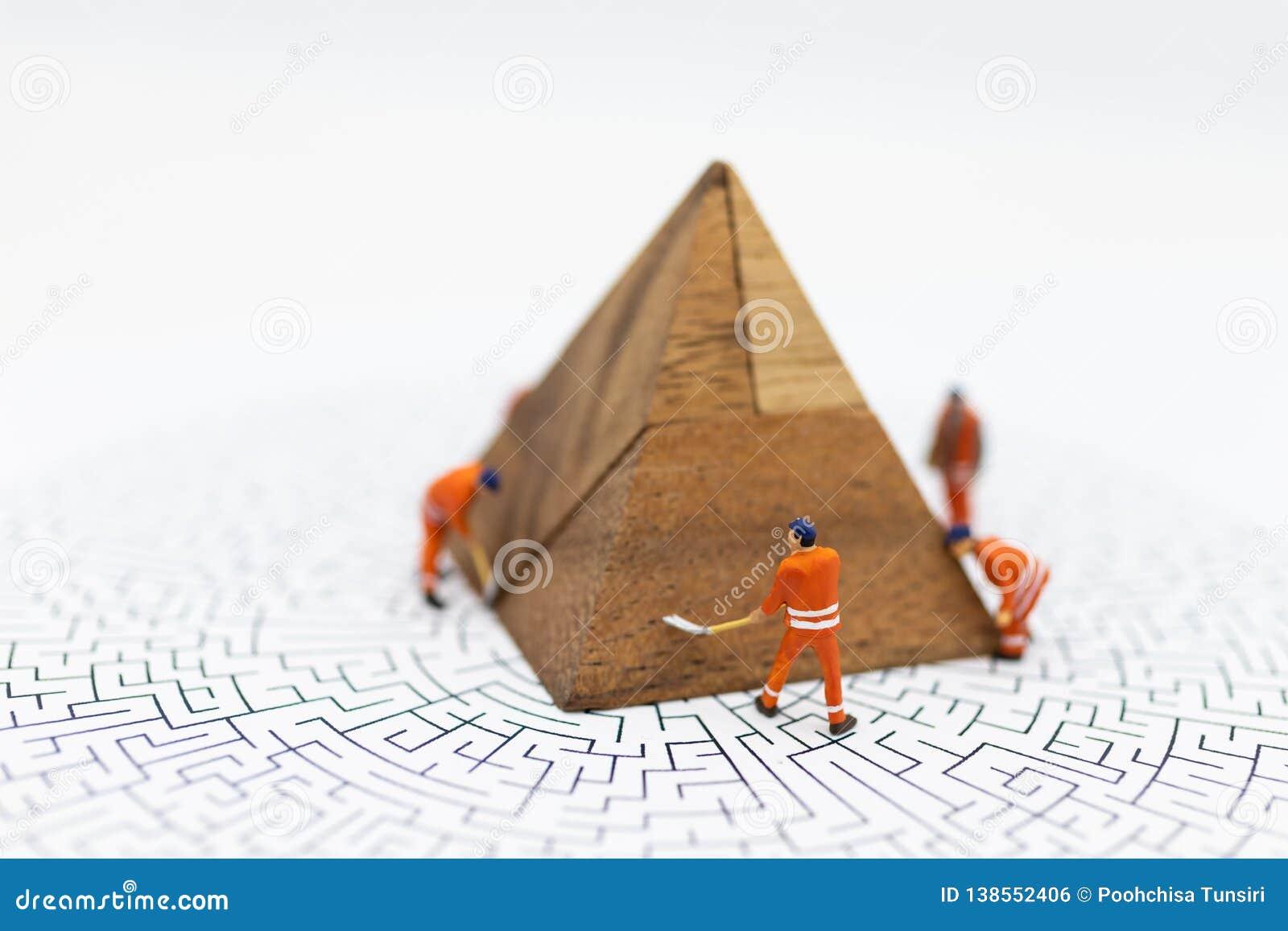 Miniatuurmensen: De arbeiders herstellen, bevestigende bedrijfswinsten, grafiek, Gebruiksbeeld voor illustraties, probleem het op