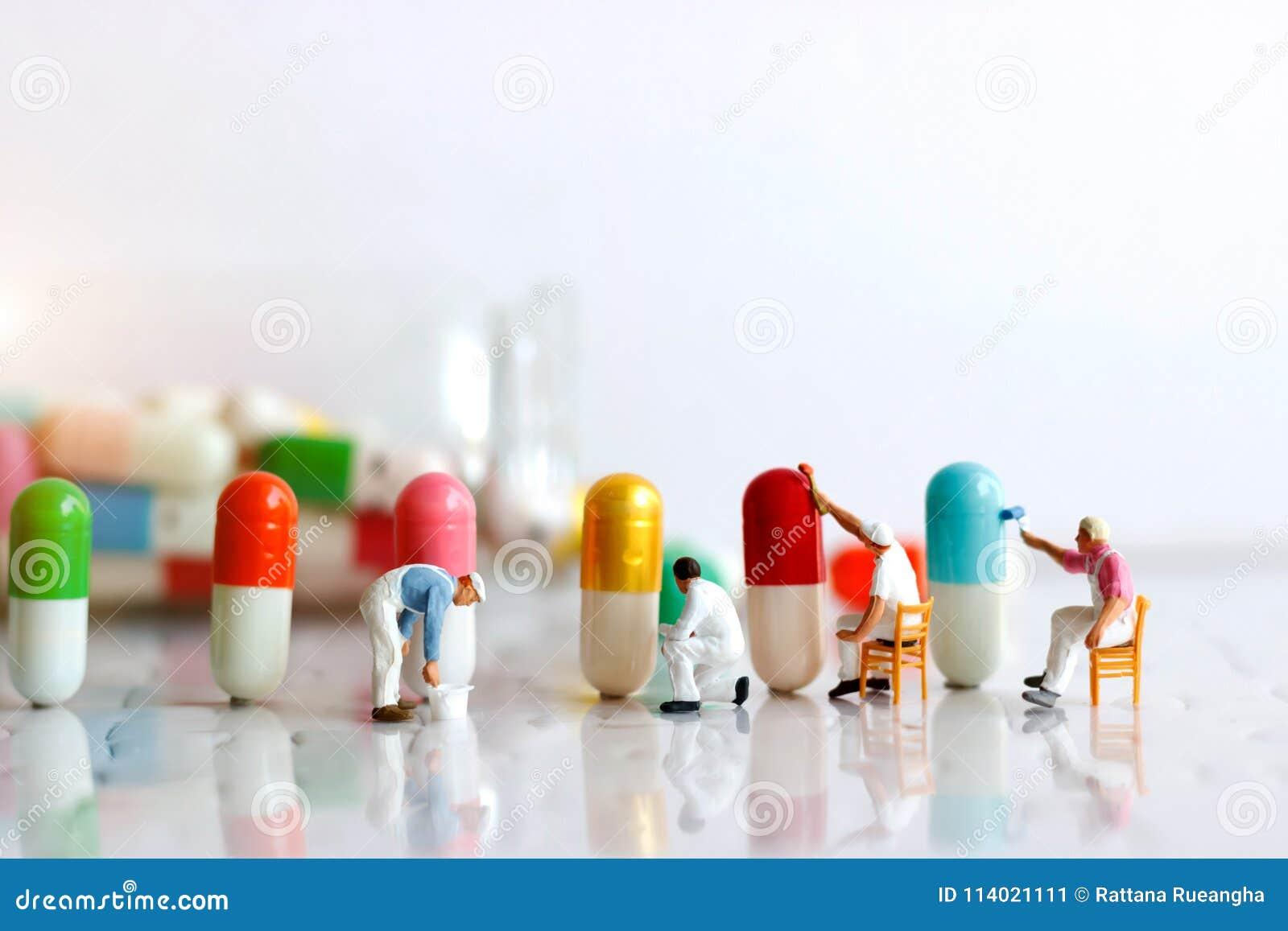 Miniatuurmensen: De borstel die van het arbeidersteam Geneeskrachtige capsule schilderen