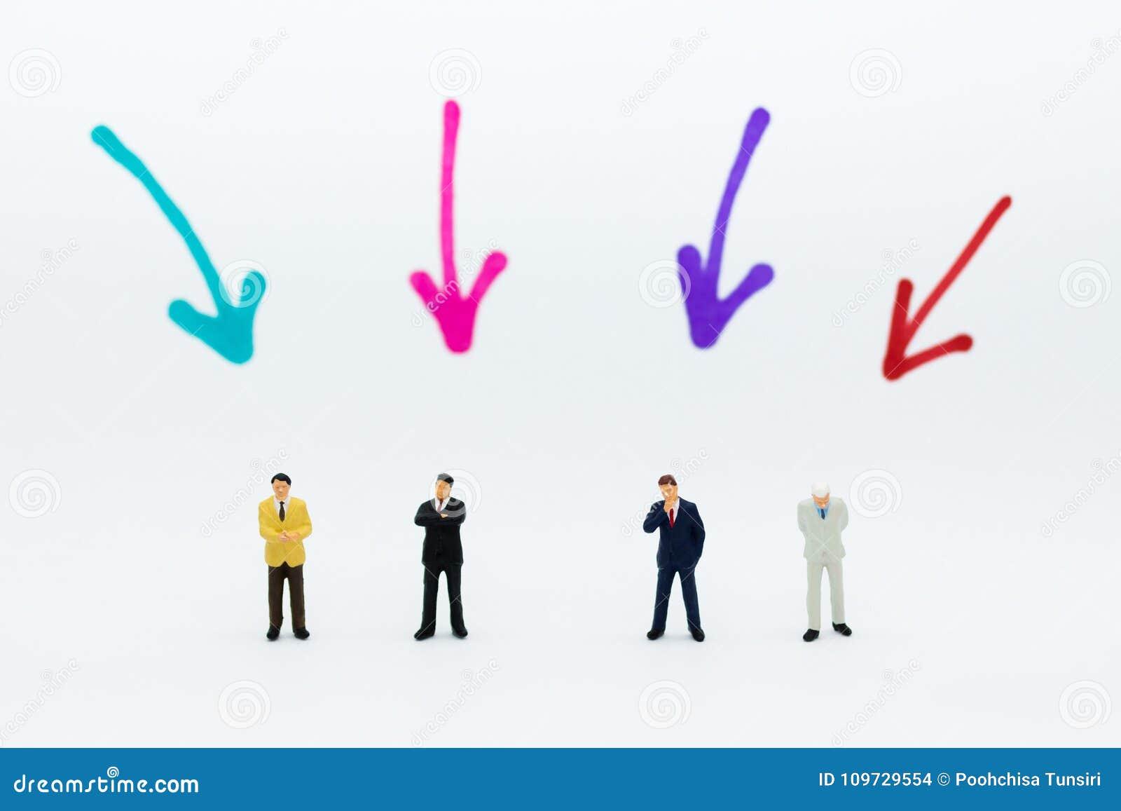 Miniatuurmensen: De groep zakenlieden werkt met team, gebruikend als achtergrondkeus van de meest geschikte werknemer, u, HRM, HR