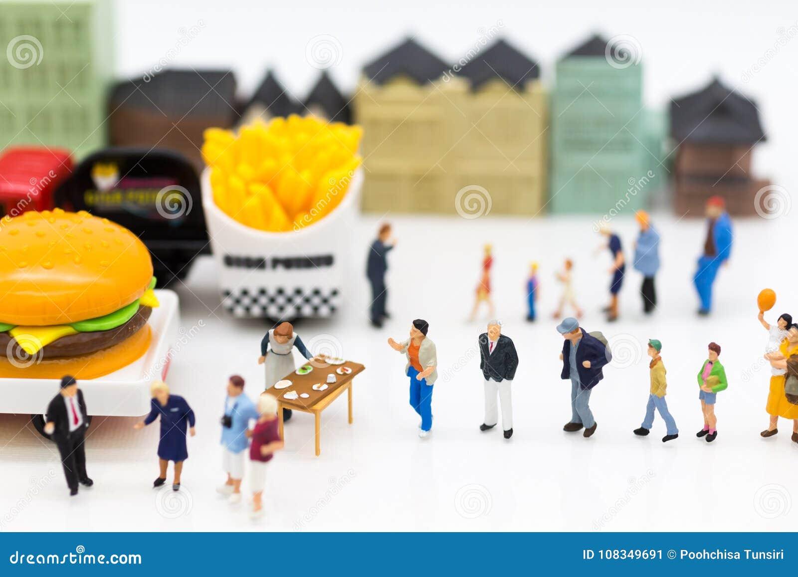 Miniatuurmensen: Groepsmensen die over marketing, Handelzaken spreken Beeldgebruik voor Concessie bedrijfsconcept