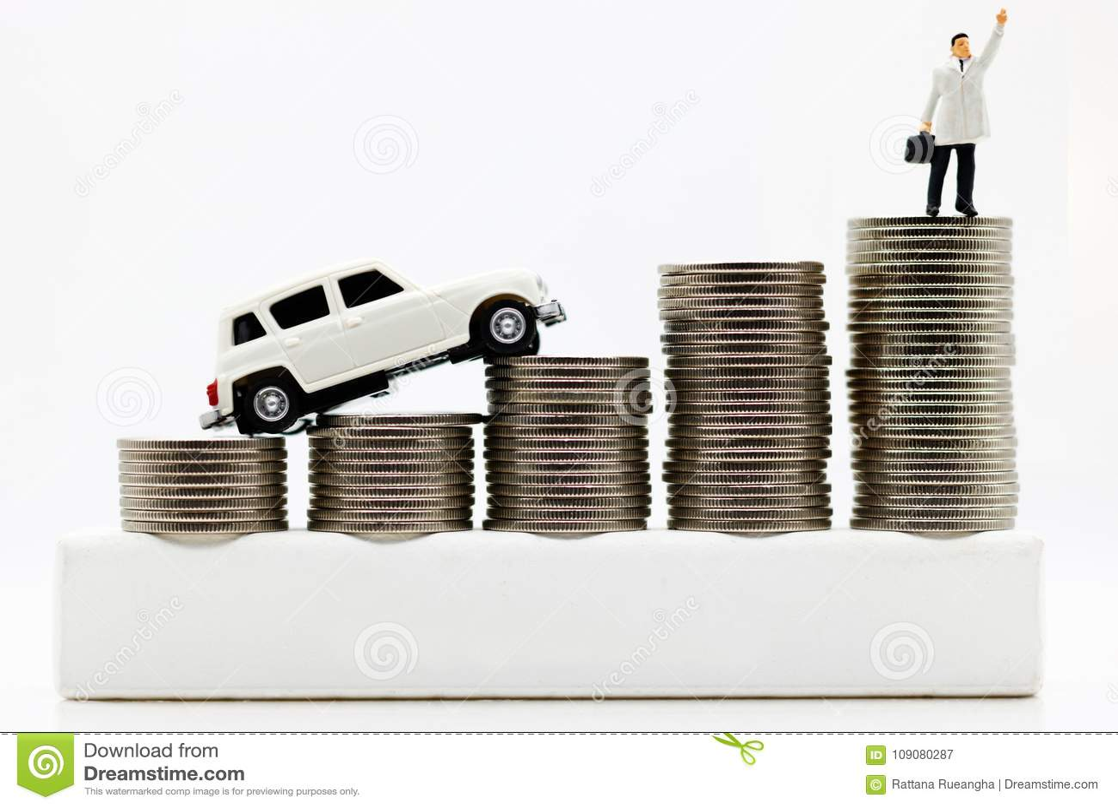 Miniatuurmensen: Zakenlieden bovenop muntstukgeld met auto