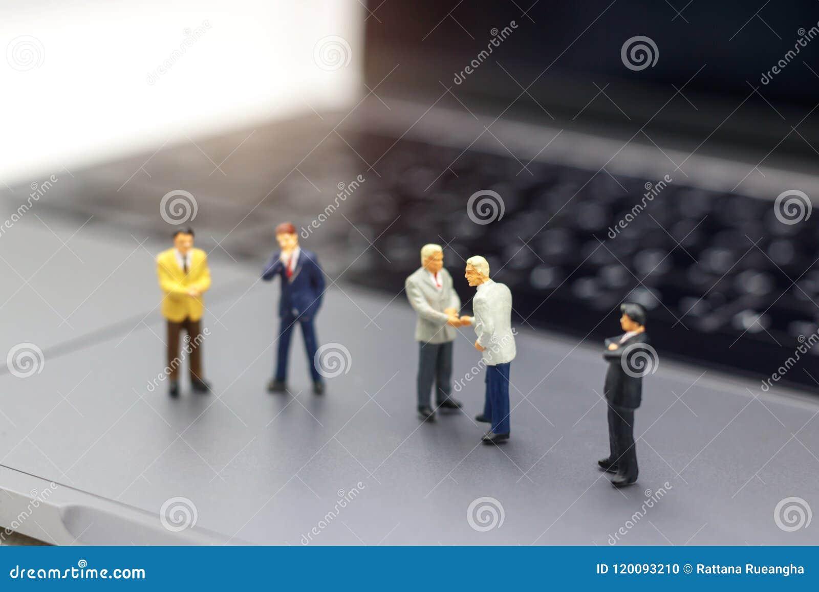 Miniatuurmensen: Zakenmanhanddruk aan bedrijfssucces Onli