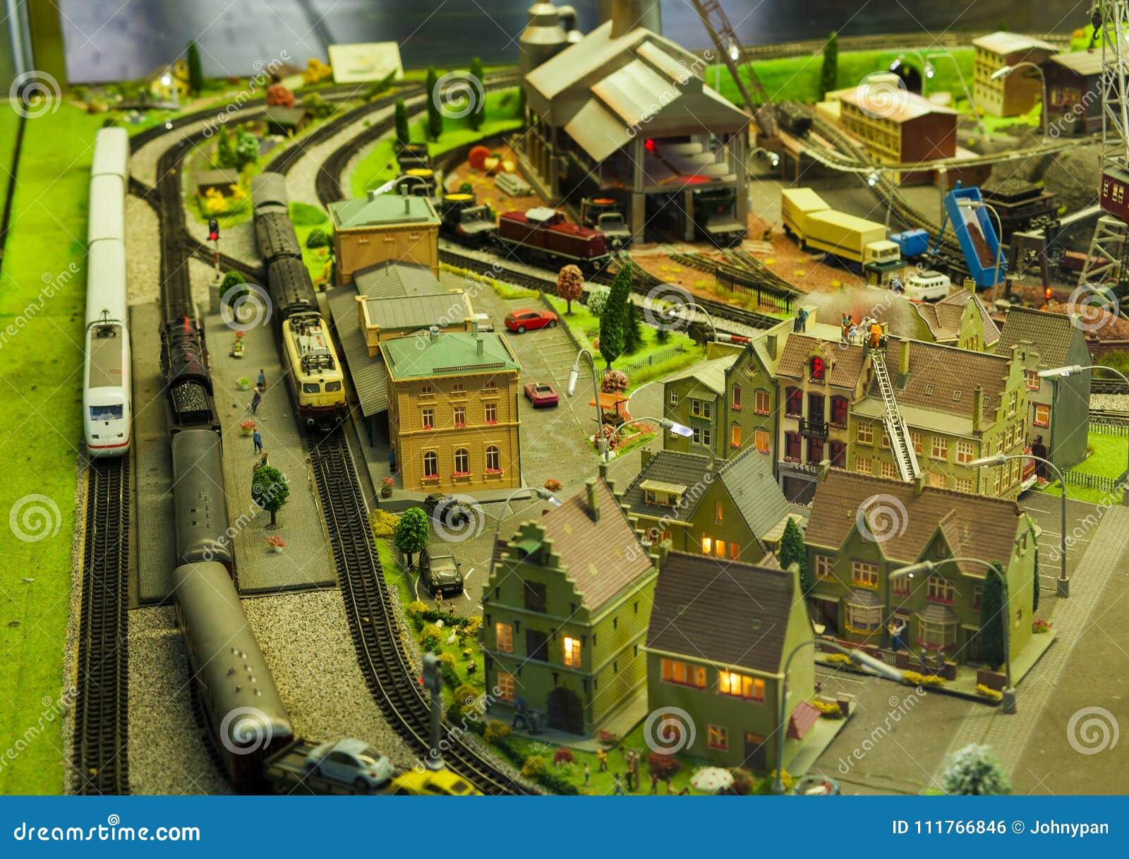 Miniatuurscène in de stad met modeltrein