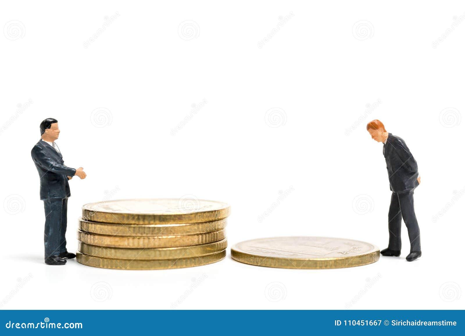 Miniatyrfolk: Affärsmananseende på bunt av myntet