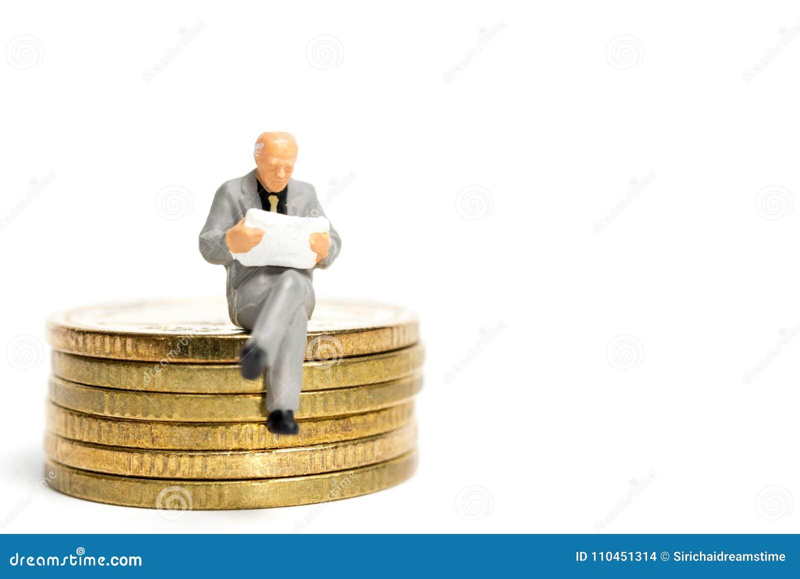 Miniatyrfolk: Affärsmansammanträde på bunt av myntet