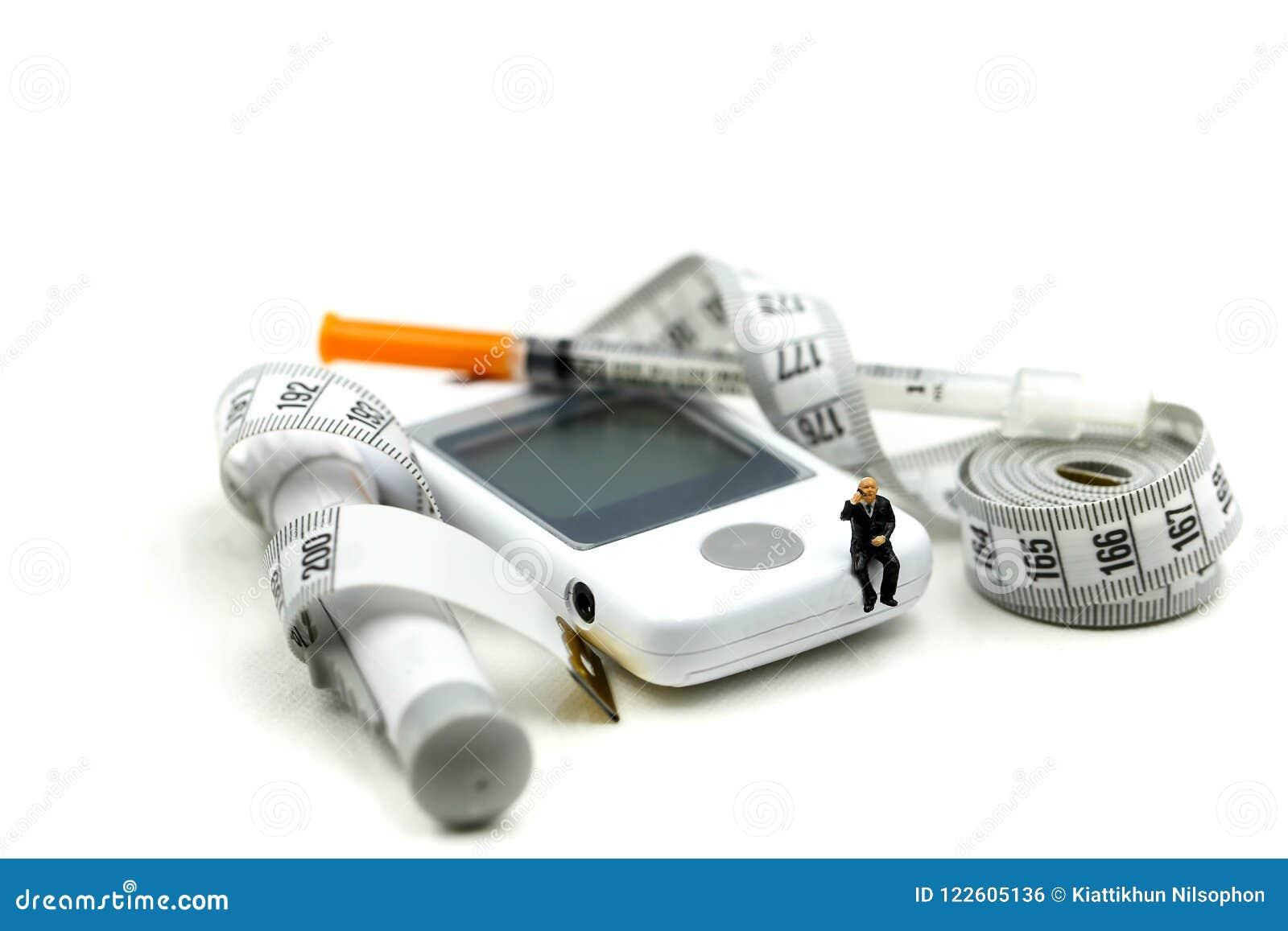 Miniatyrfolk: Doktor och patient med glukosmeterdiabete