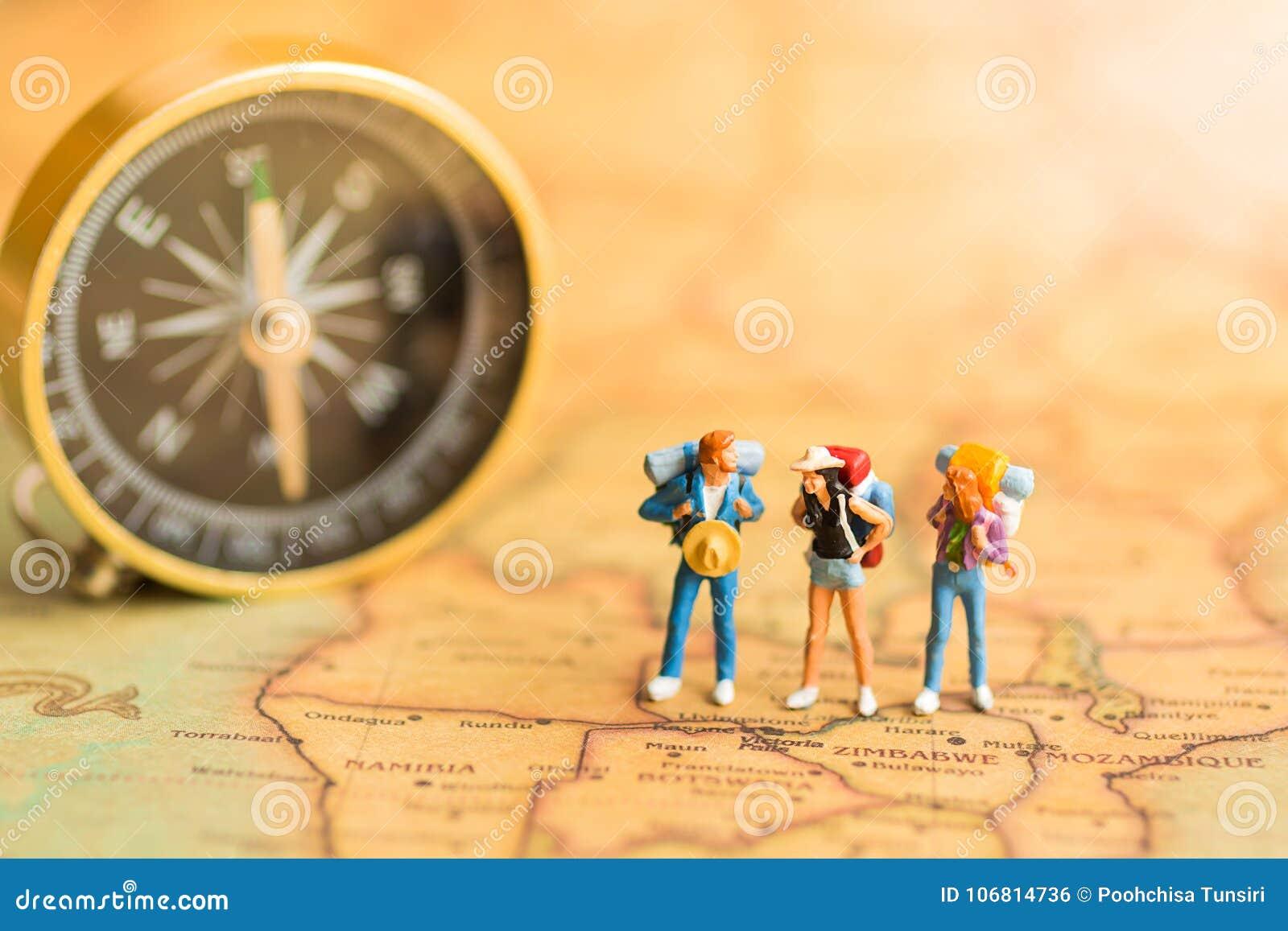 Miniatyrfolk: handelsresande står på översiktsvärlden som går till destinationen Bruk som ett begrepp för affärslopp