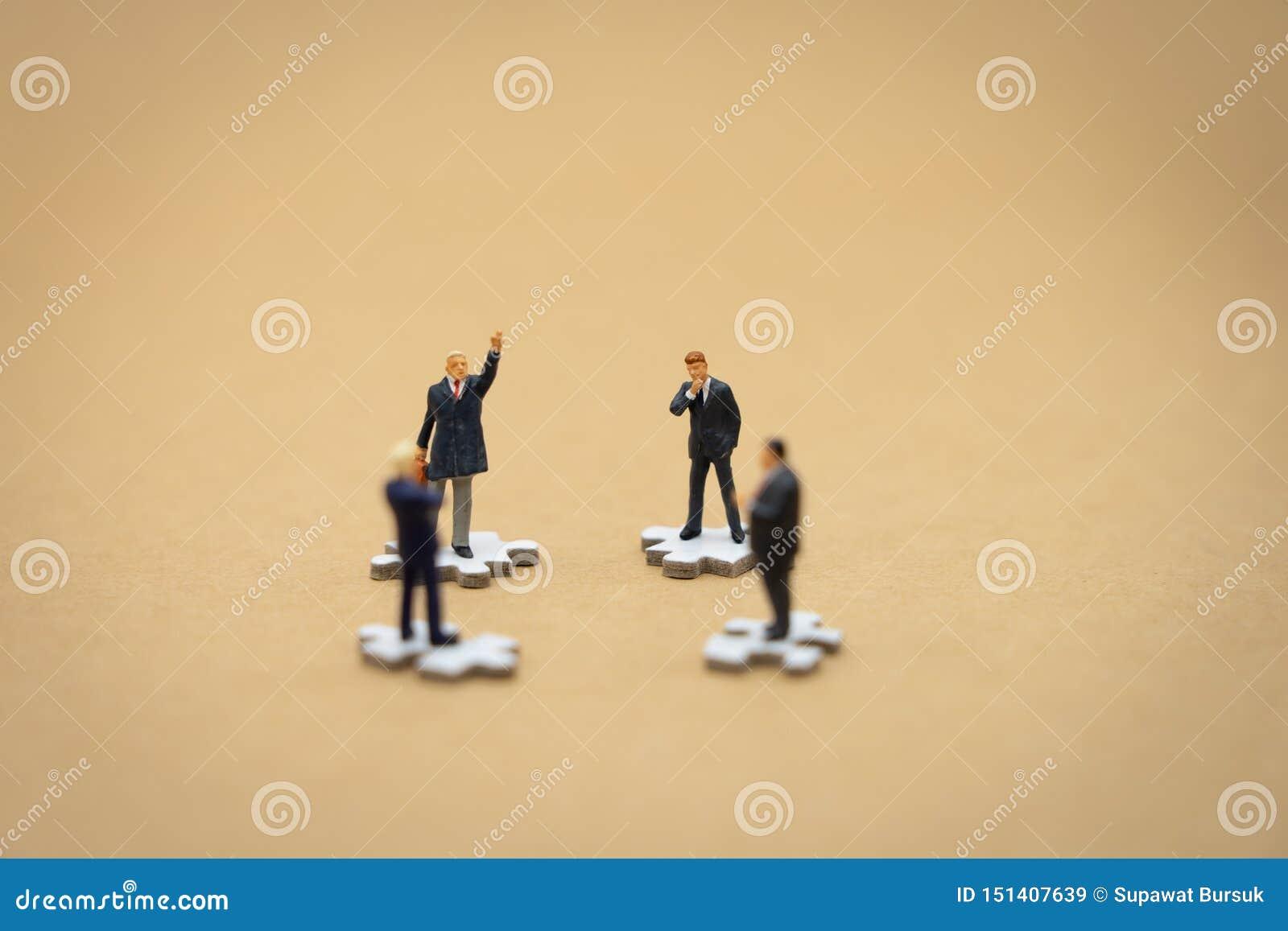 Miniatyrfolkaff?rsm?n som st?r p? den vita figurs?gen Begreppet som anv?nds, i att v?lja personaler att delta i organisationen