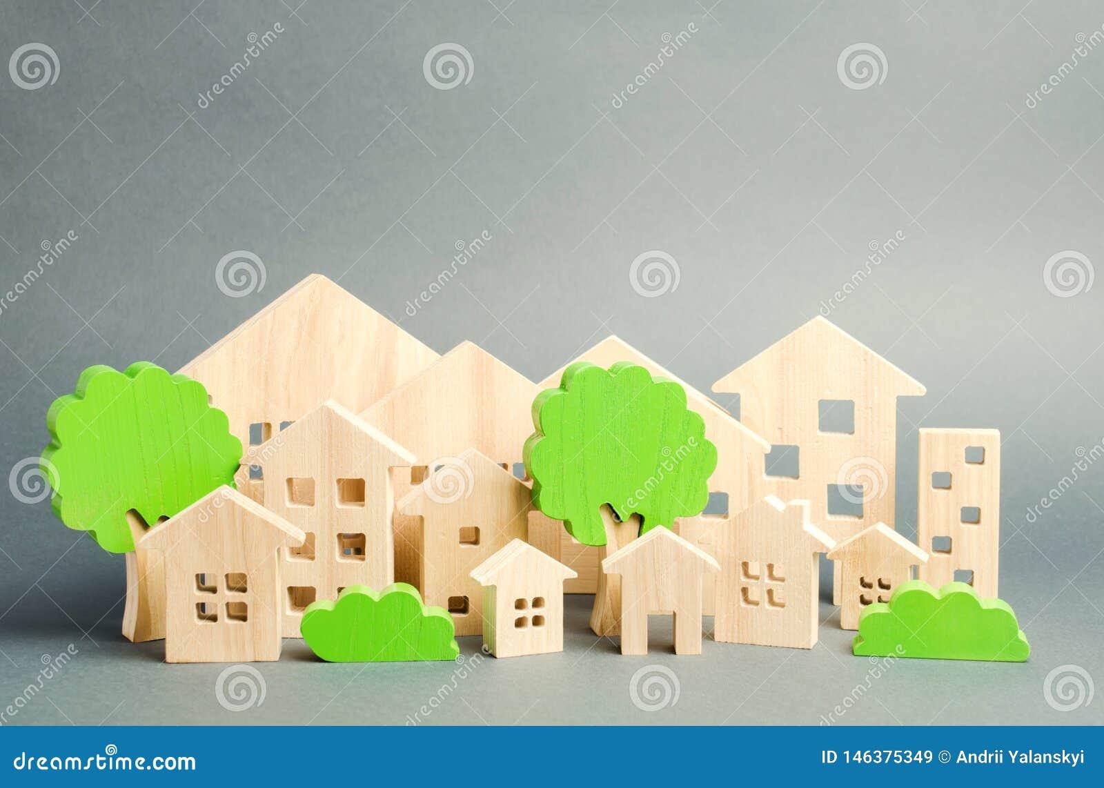 Miniatyrträleksakhus och träd verkligt begreppsgods Arkitektur i staden infrastruktur som man har r?d med hus