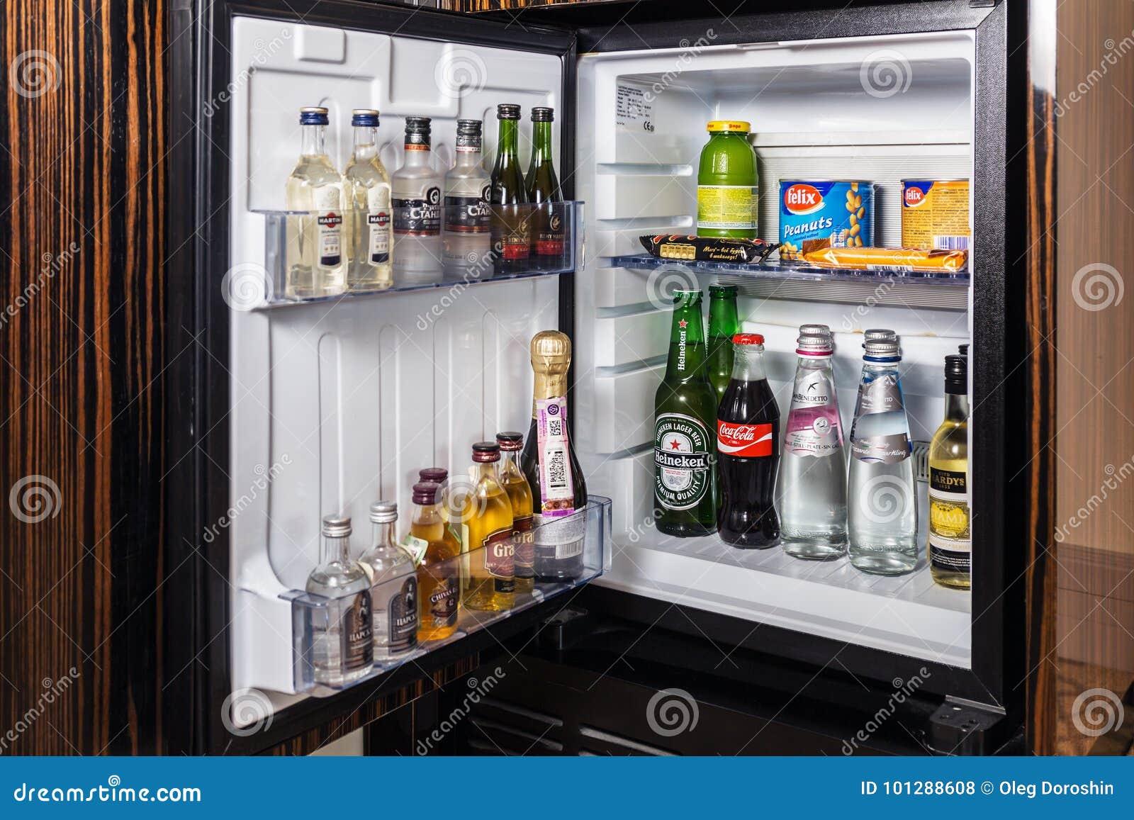 Minibar Mit Alkoholfreien Getränken, Wodka, Wein Und Bier ...