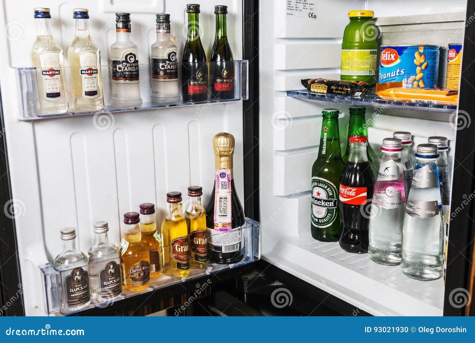 Minibar Mit Alkoholfreien Getränken, Wodka, Wein Und Bier Im Hotel ...