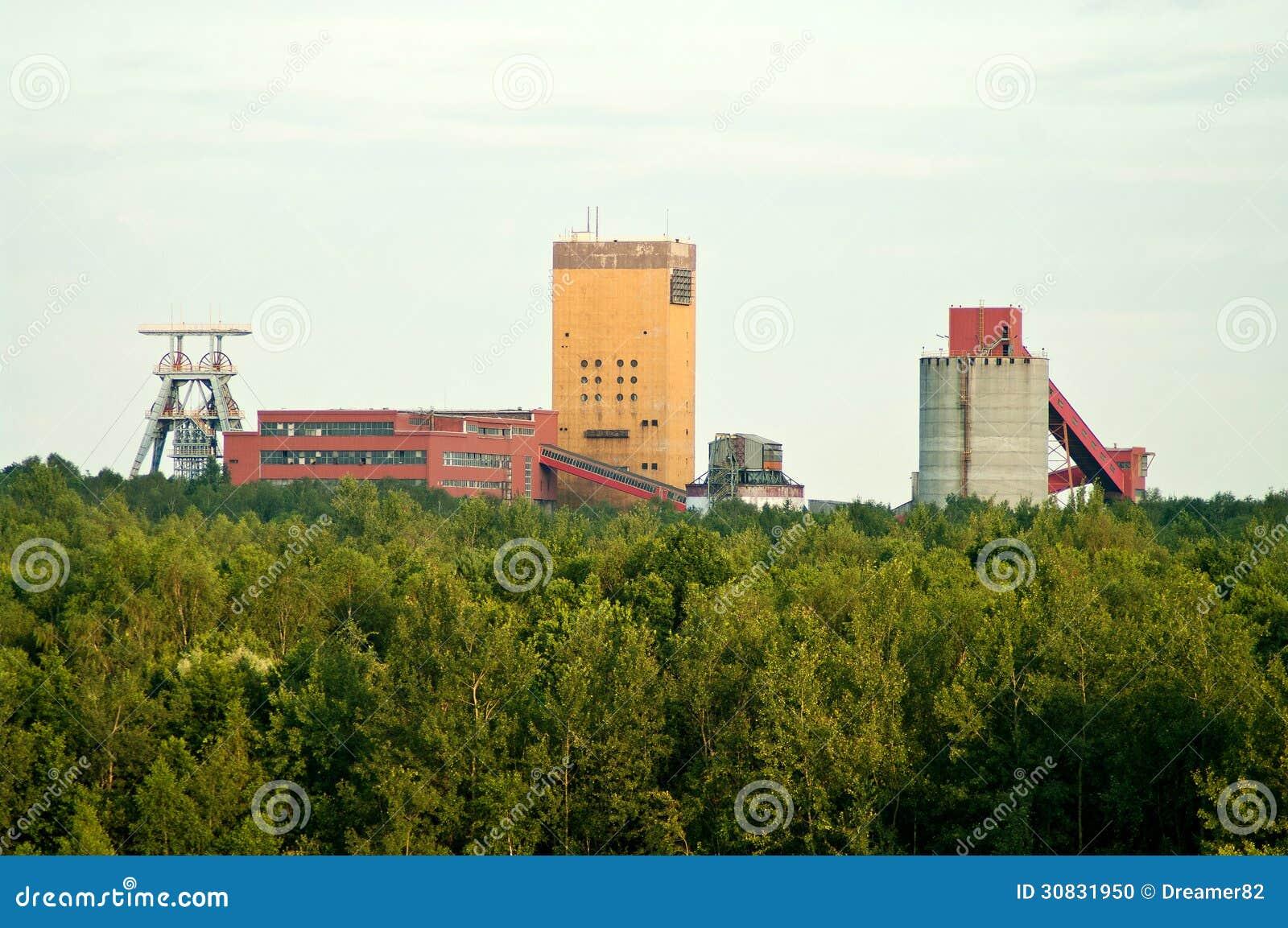 Miniera del paesaggio in foresta, vecchia fabbrica