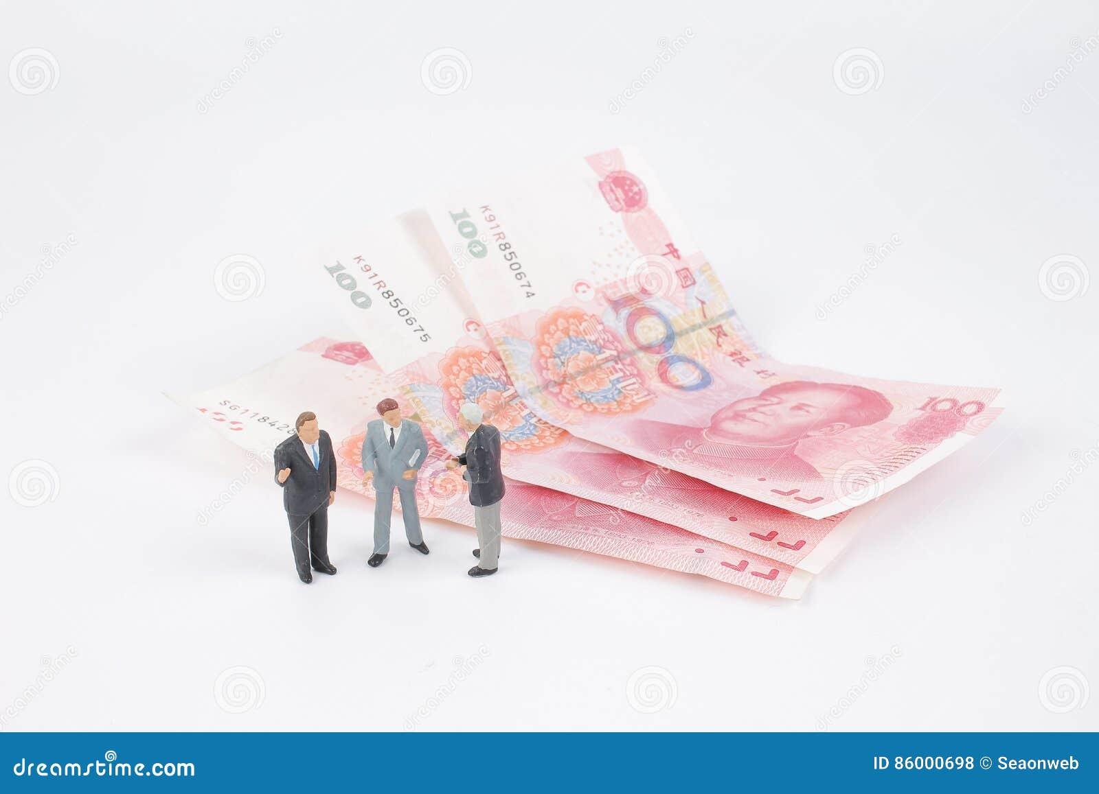 Minigeschäftsleute auf Banknoten
