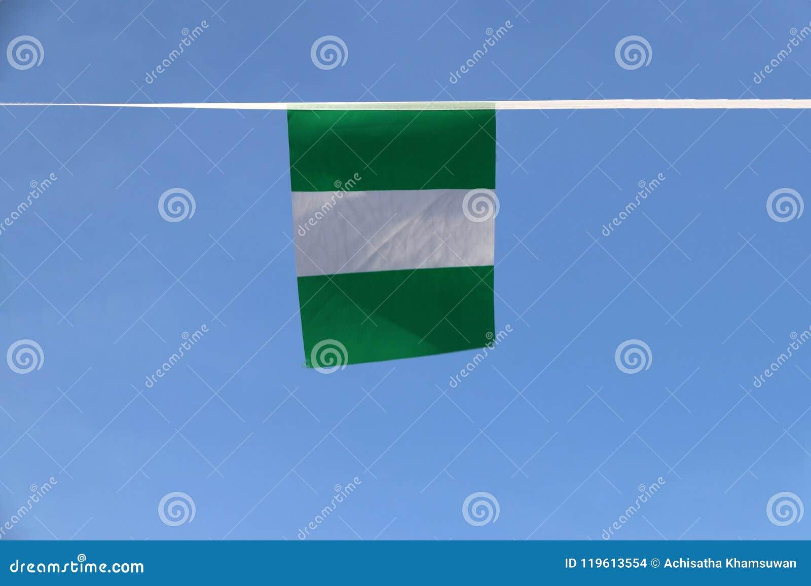 Minigewebeschienenflagge von Nigeria, die Flagge hat drei vertikale Bänder von Grünem, weiß, Grün