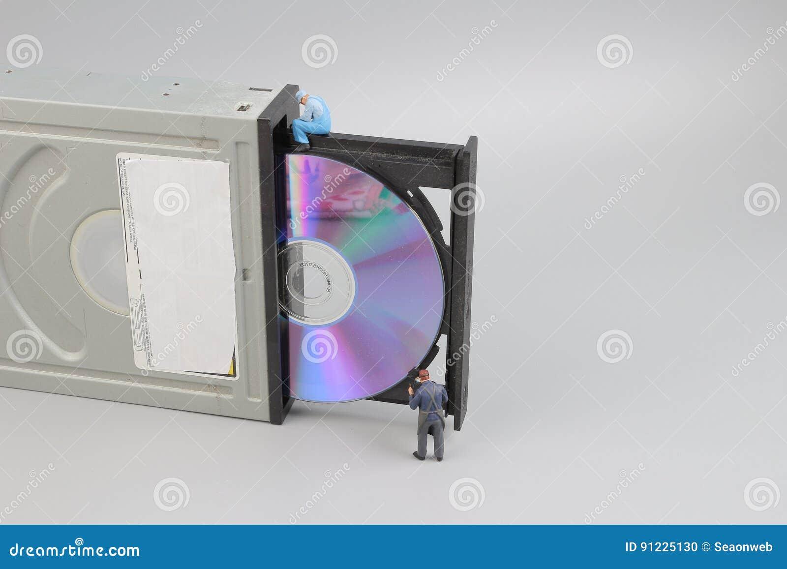 Miniingenieur en arbeider vast om CD-rom schoon te maken