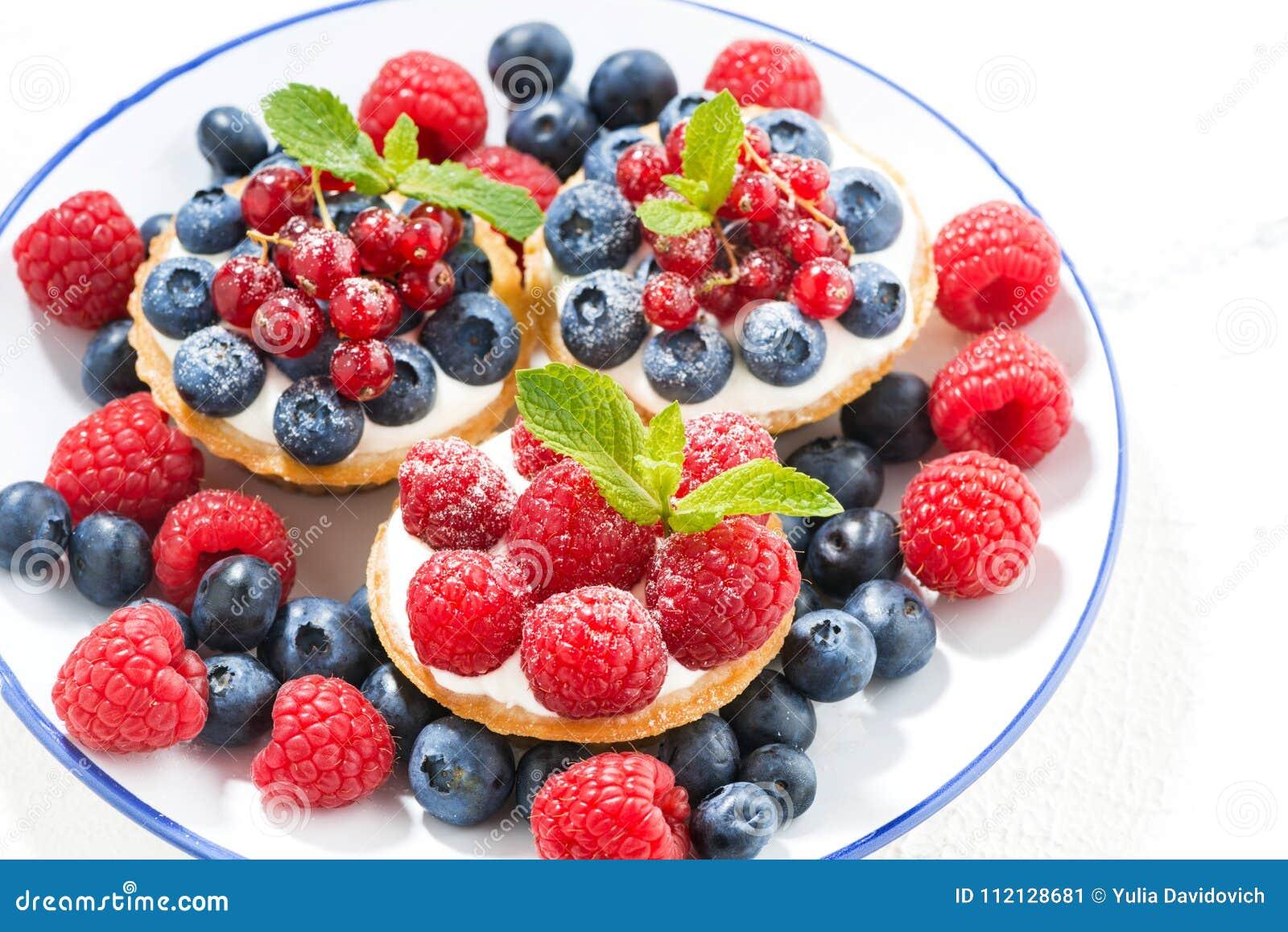 Minikuchen Mit Susser Creme Und Beeren Auf Platte Stockbild Bild