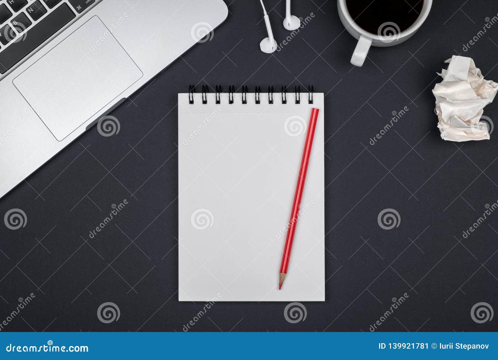 Minimale werkplaats met laptop en lege blocnote