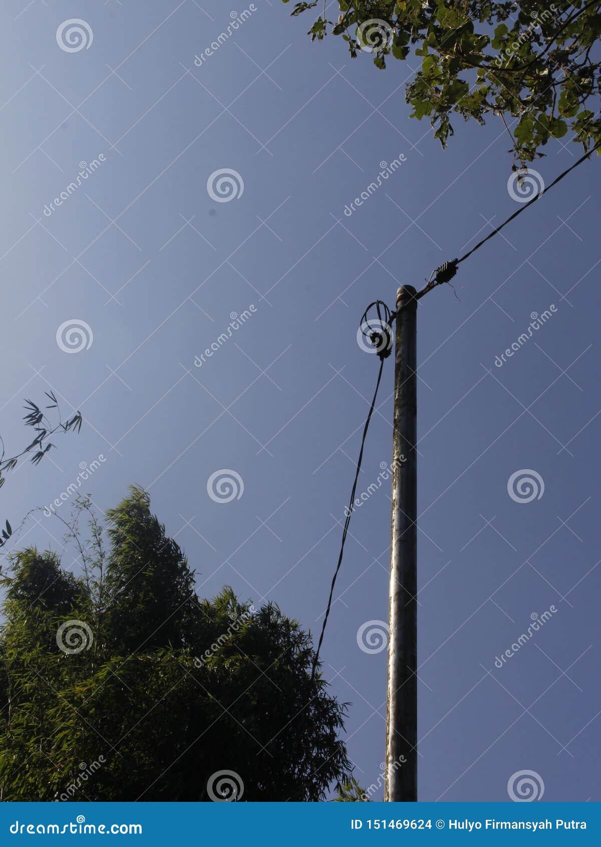 Minimalismus-Art aktiver elektrischer Pole mit Kabel