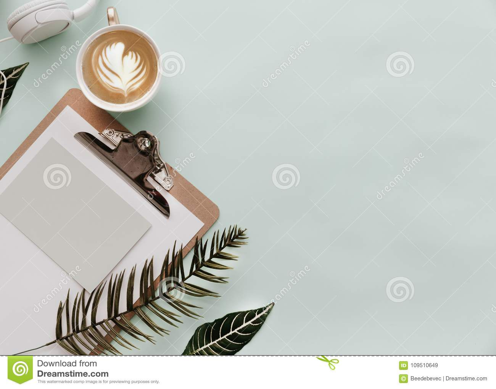 Minimalist livsstil för websiten, marknadsföring, socialt massmedia med kaffe
