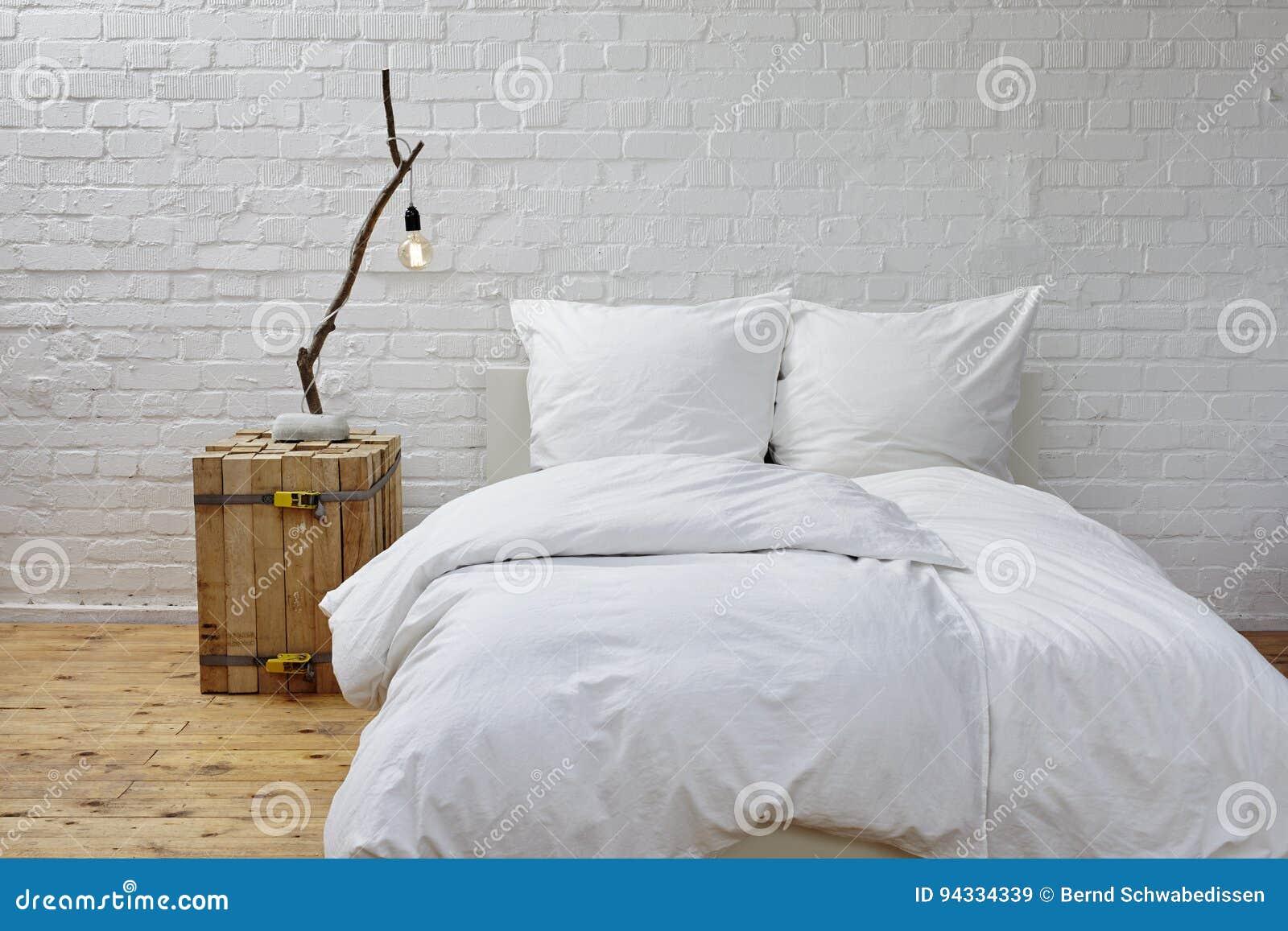 Minimalistic Sypialni Biała Pościel Gałąź Lampa I Obraz