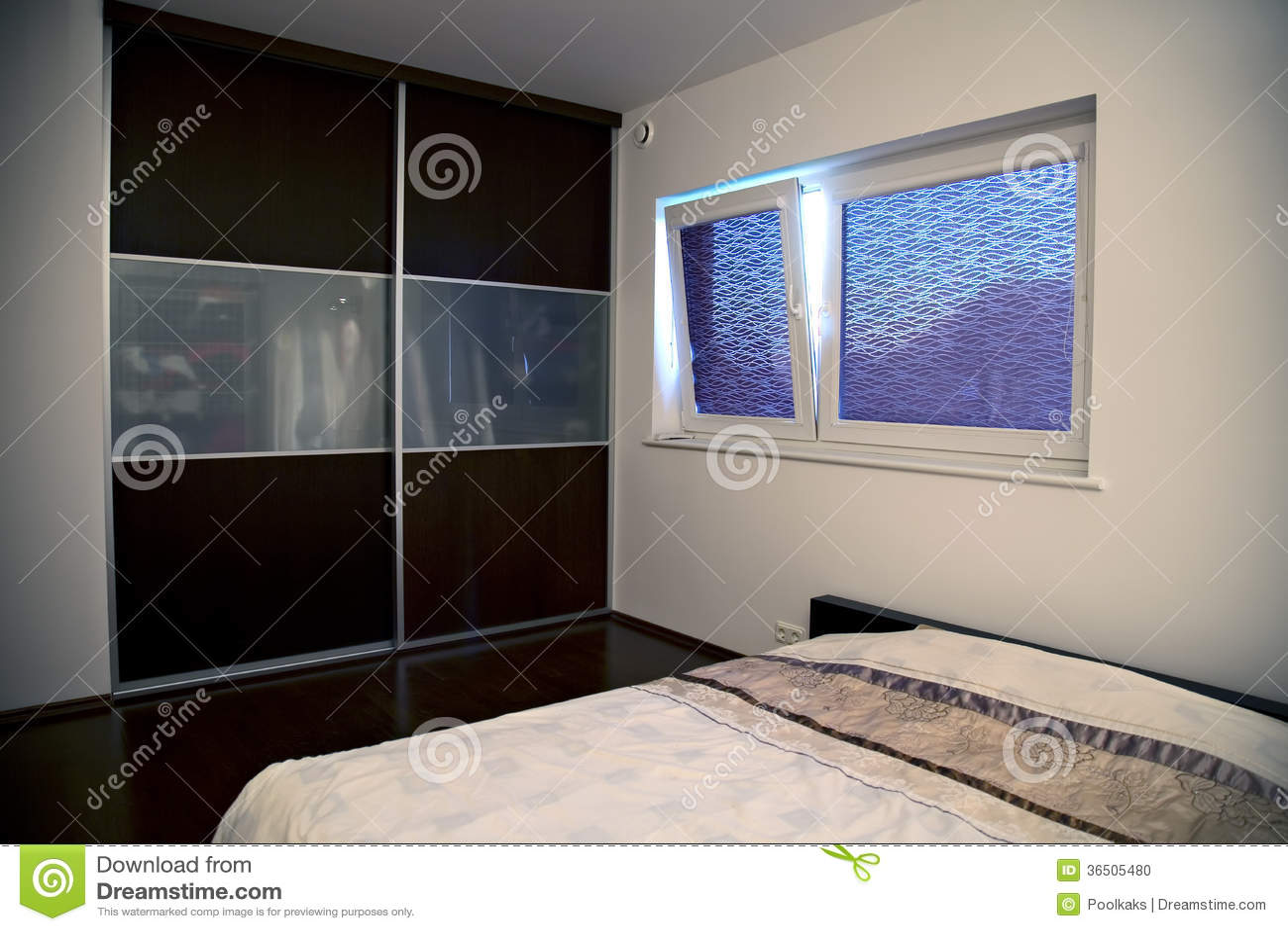 Minimalistic Sypialnia Z Dużym Obmurowanym Gabinetem Zdjęcie