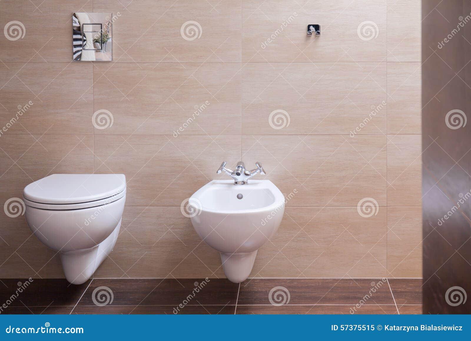 Minimalistisch toilet in modern huis