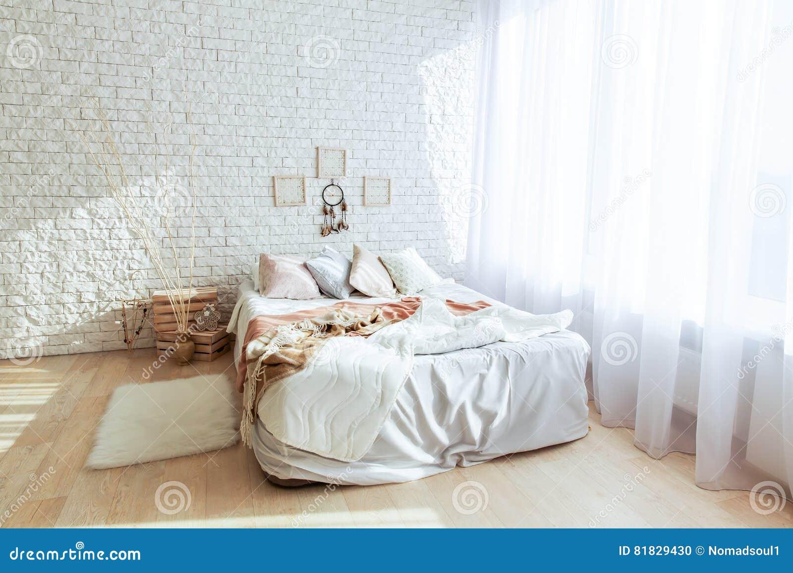 Minimalistische Slaapkamer Met Grote Bed En Bakstenen Muur Stock ...