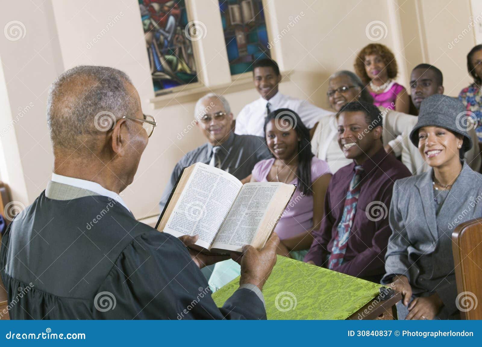 Ministre Giving Sermon à assembleia na opinião da parte traseira da igreja