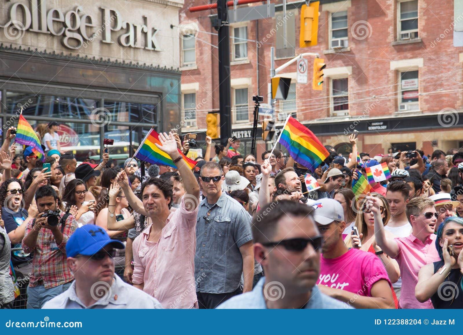 Ministro Justin Trudeau del ` s de Canadá primer que agita en el orgullo de Toronto