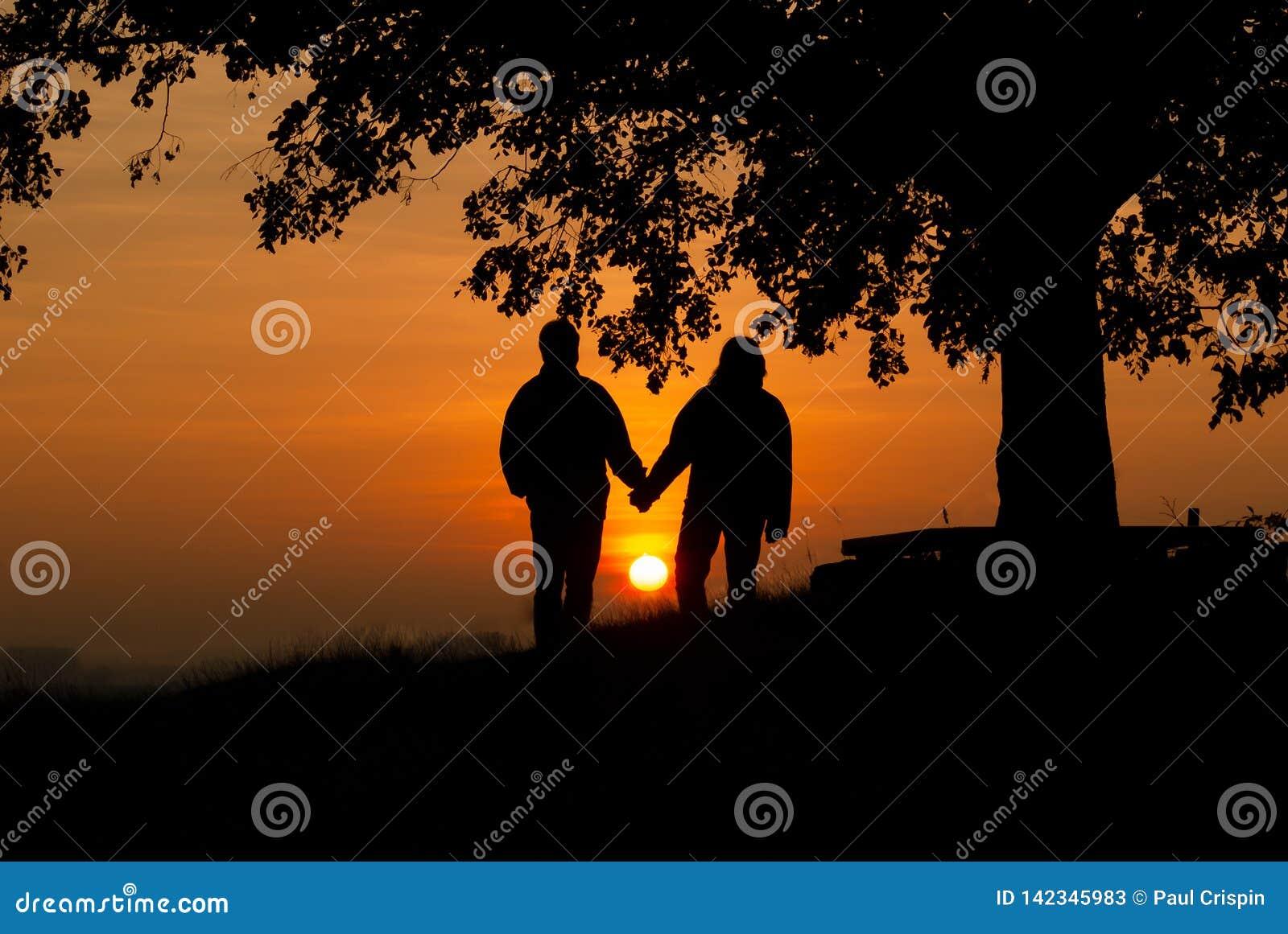 Minnaars in de zonsondergang