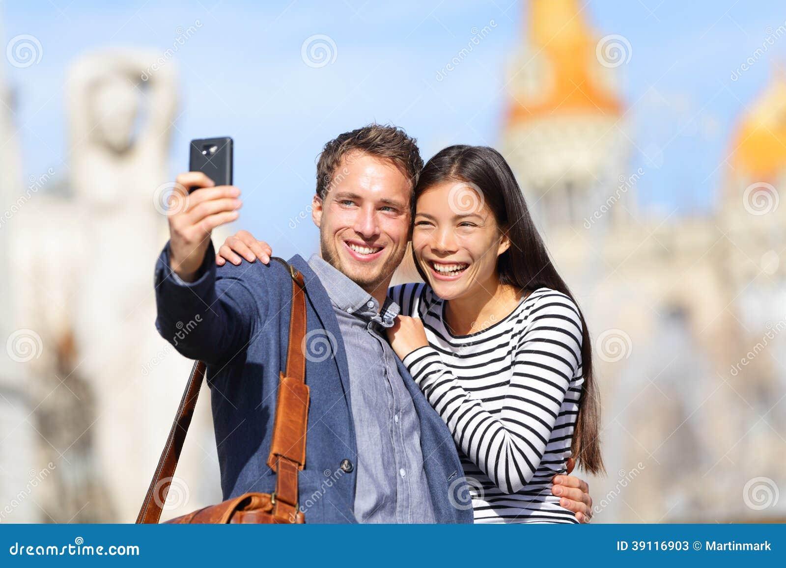 Minnaars - jonge paar gelukkige nemende selfie foto