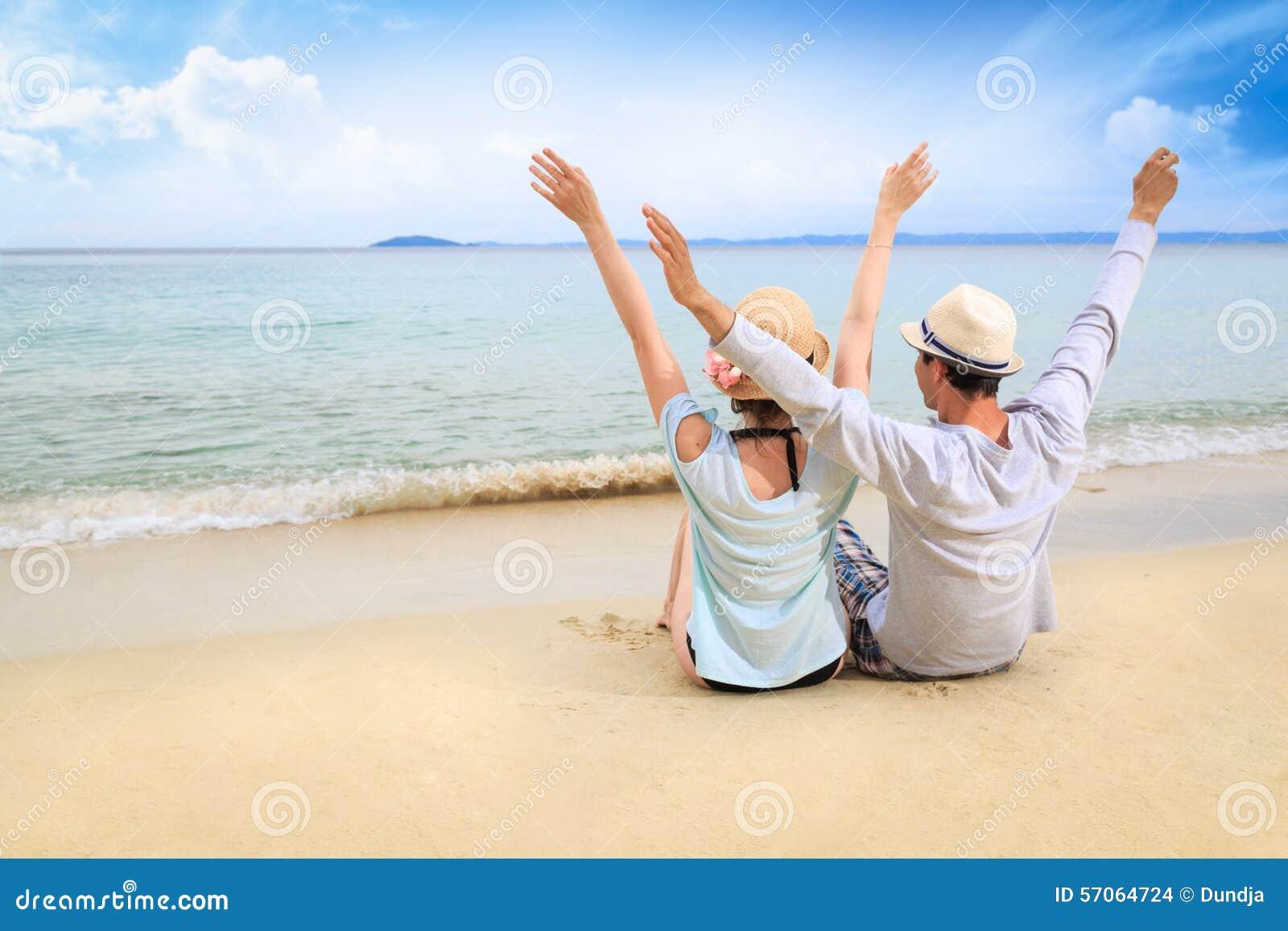 Minnaars op het strand