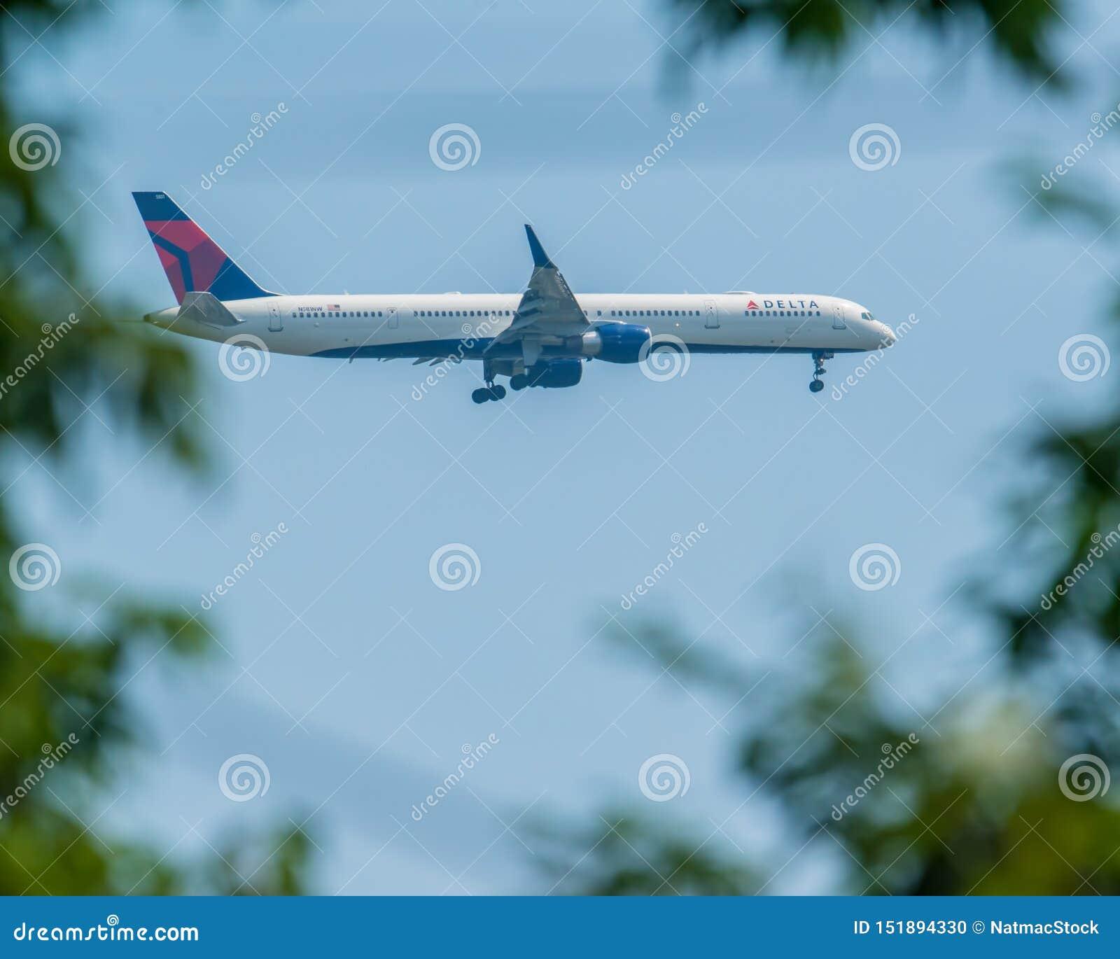 MINNEAPOLIS, MINNESOTA/DE V.S. - 29 JUNI, 2019: Close-up van de aankomst van vliegtuigvliegtuigen met met uitgetrokken landingsge