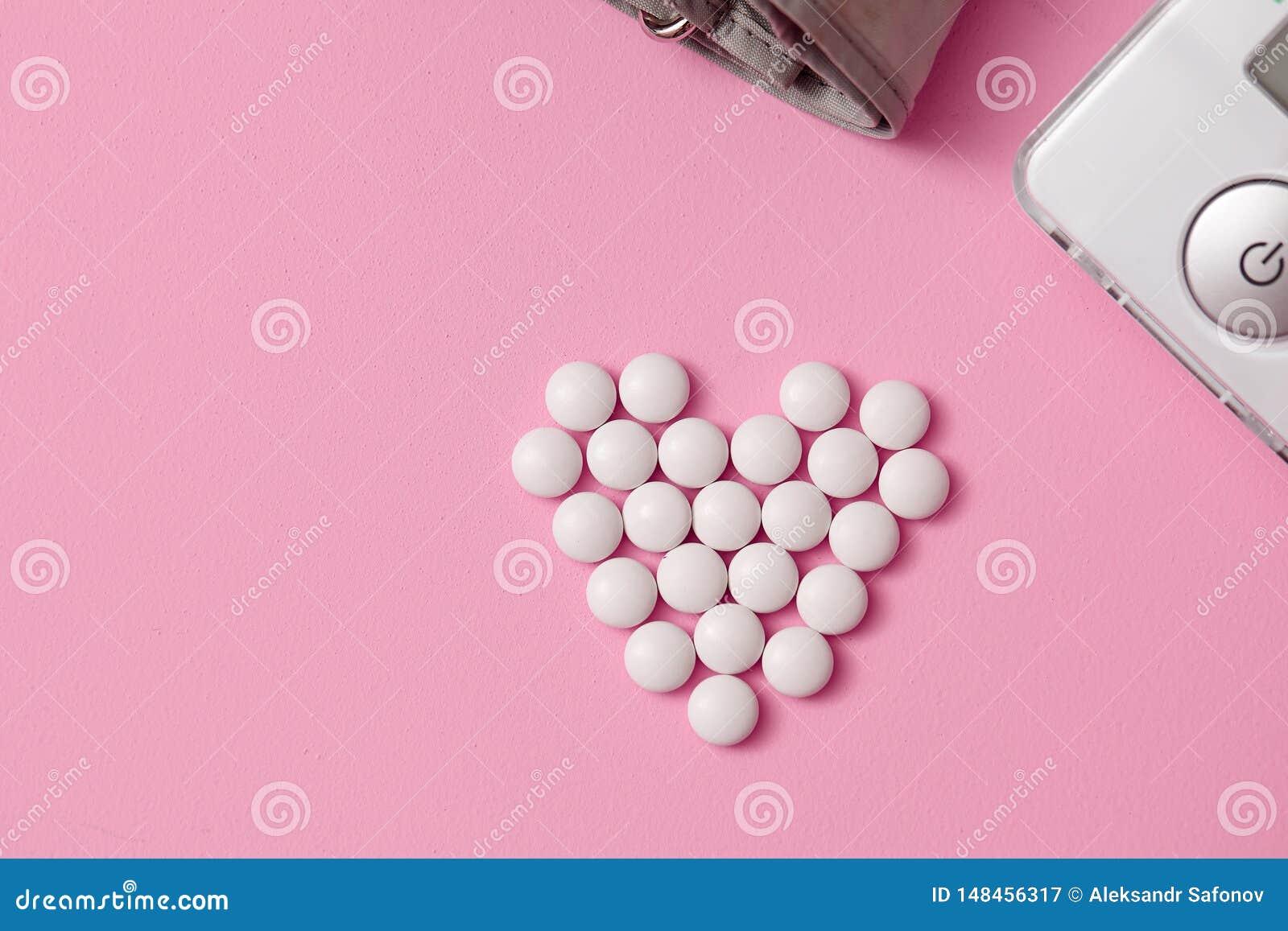 Minnestavlor läggas ut i formen av en hjärta,