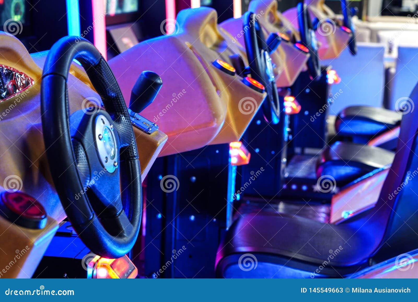 Minsk Belarus - 20 avril 2019 : Machines de conduite aux jeux ?lectroniques dans la zone de divertissement au centre commercial d