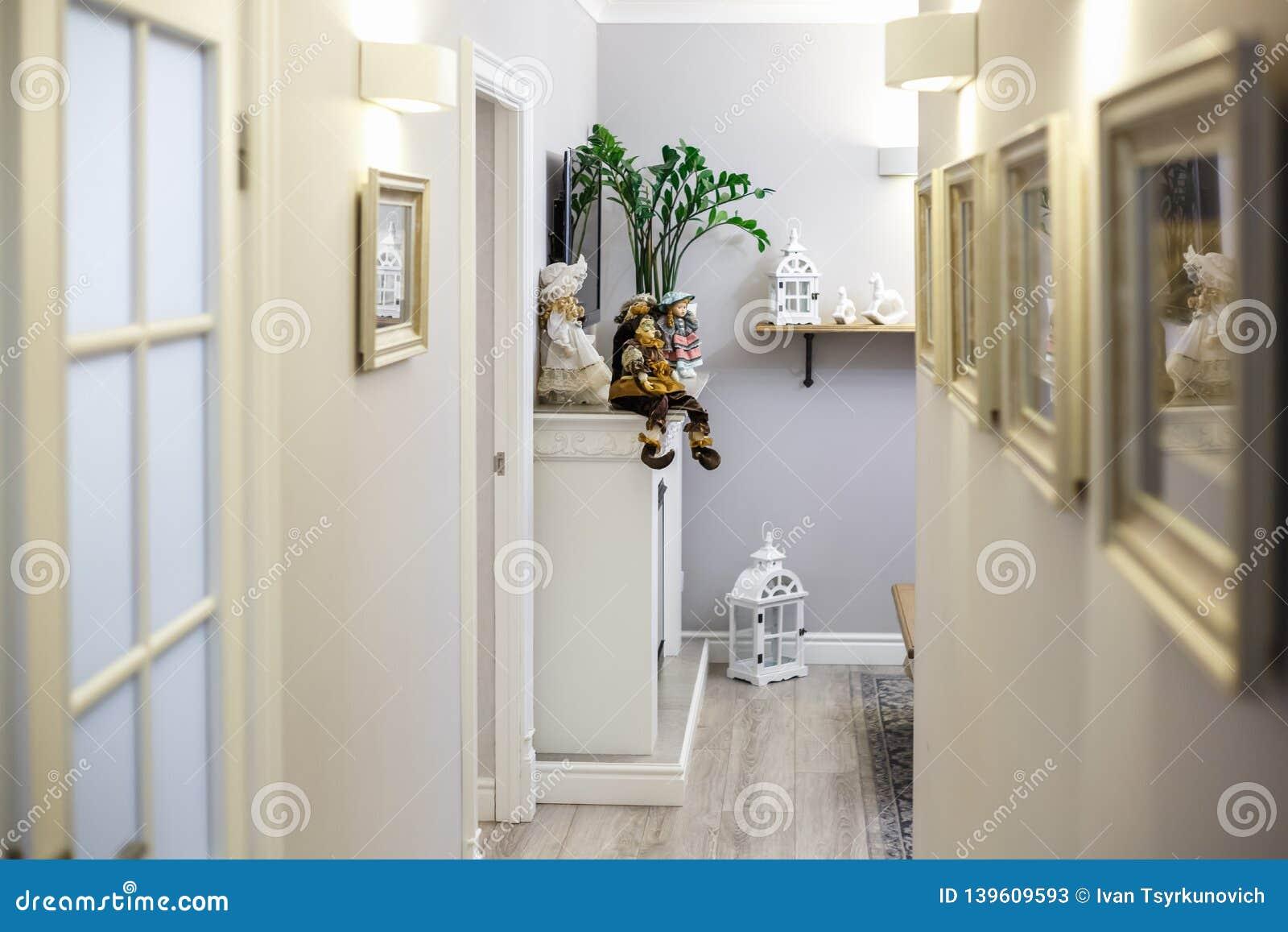 MINSK, BELARUS - janvier 2019 : appartements plats intérieurs de couloir de luxure avec la décoration