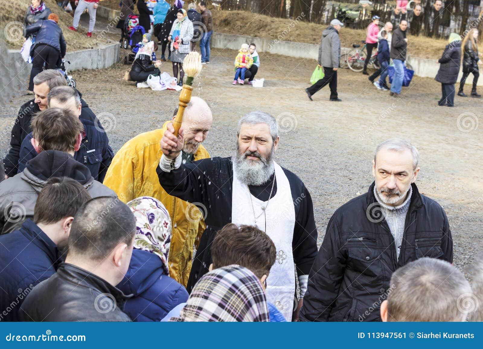 Minsk belarus Kolodischi 7. April 2018 Weihe von Ostern backt in der Kirche zusammen Ostern-Vorabend