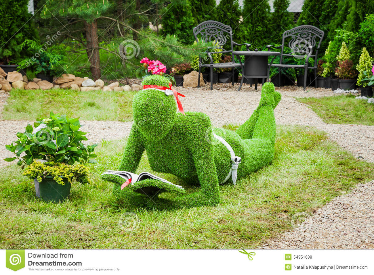 Minsk belarus 23 may 2015 garden sculpture from grass for Arbustos de jardin nombres