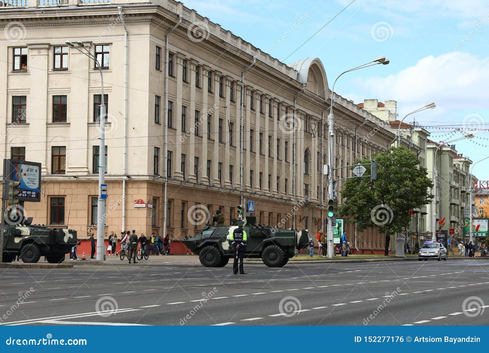 Minsk, Bielorrússia - 3 de julho de 2019: veículos militares em sua maneira à parada do Dia da Independência de Bielorrússia o 3