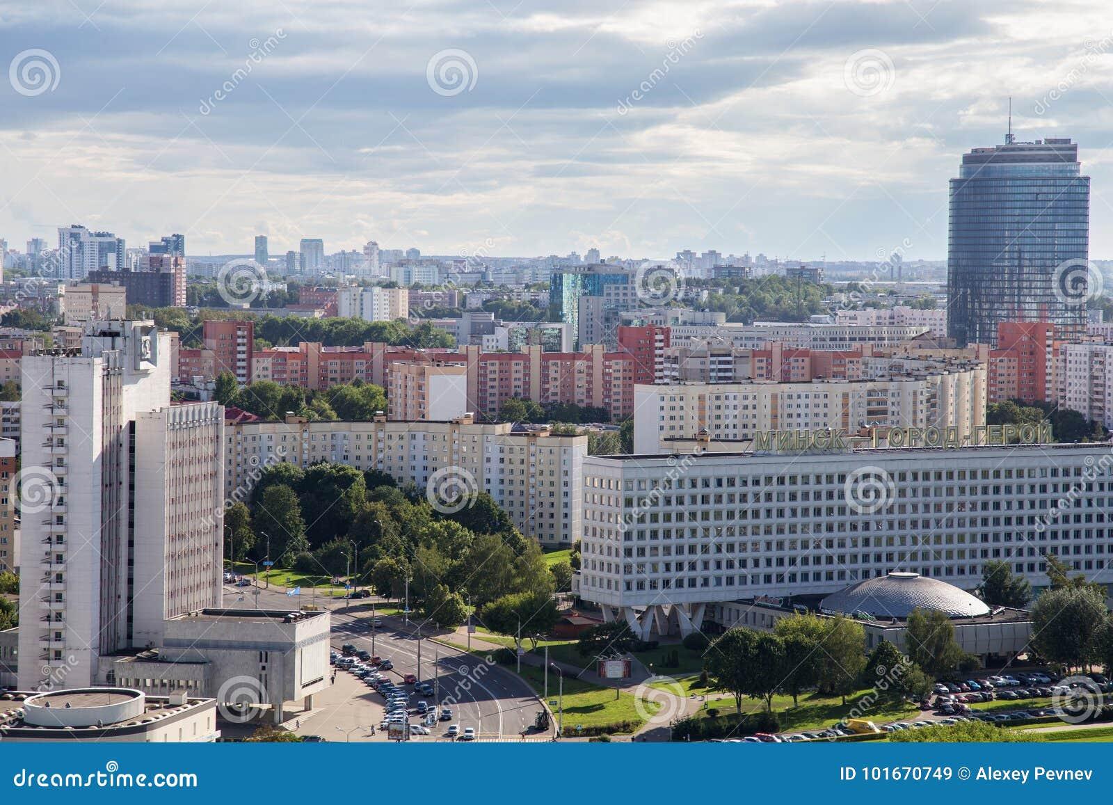 MINSK, BIELORRUSIA - 15 DE AGOSTO DE 2016: Vista aérea de la parte occidental del Minsk con los altos edificios