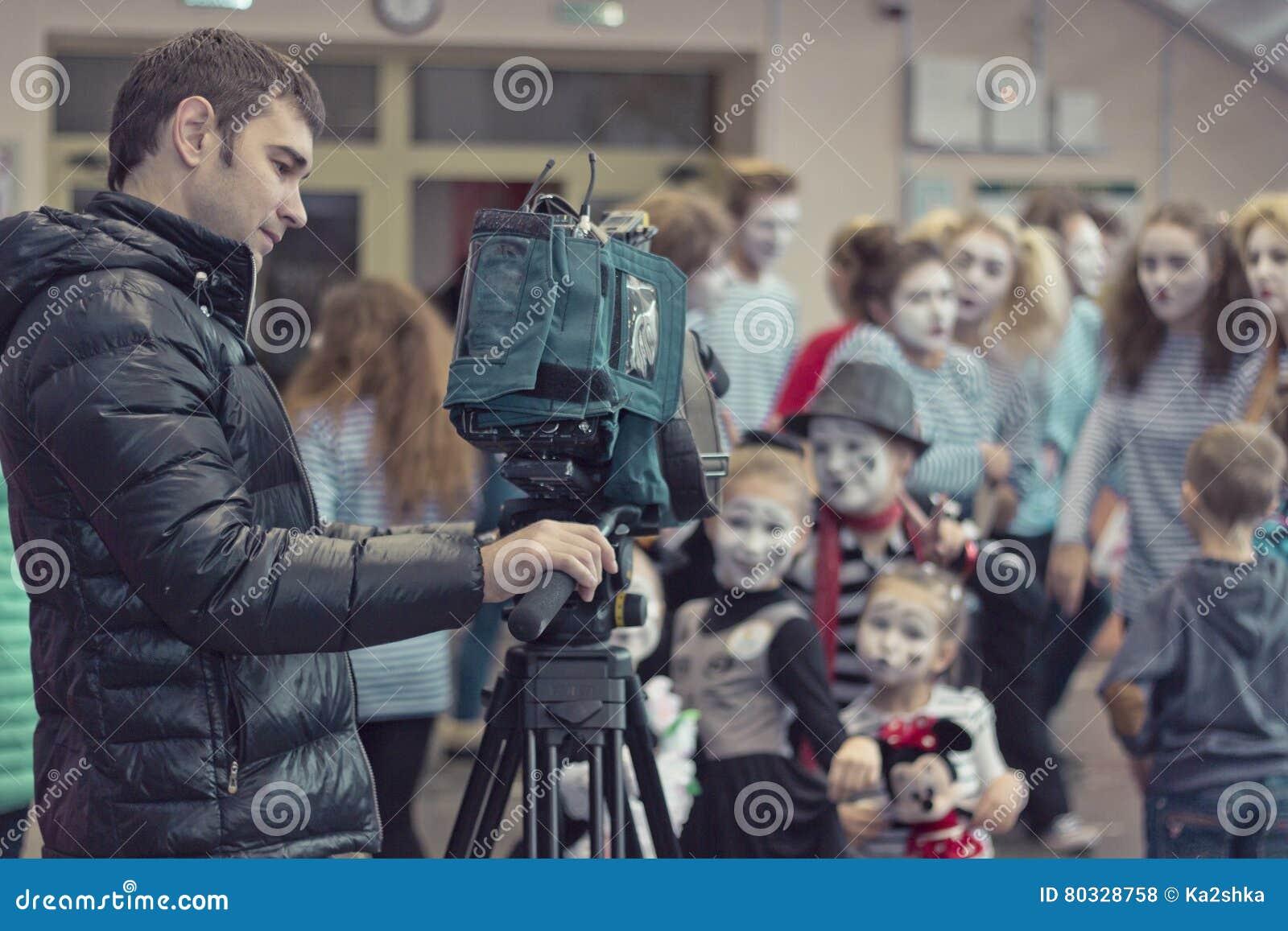 Minsk, Bielorrusia - 11 de noviembre de 2016: El operador video quita a los niños en la cámara