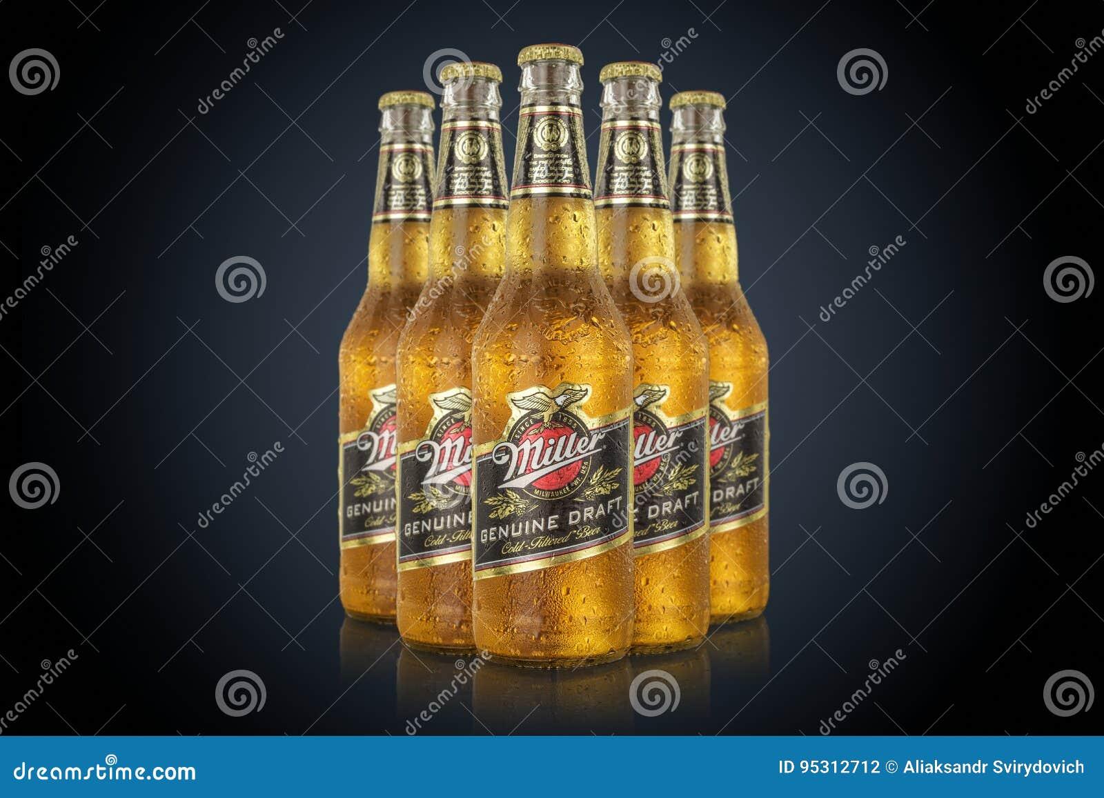 MINSK, BIELORUSSIA - 29 GIUGNO 2017: Una foto editoriale di cinque bottiglie Miller Genuine Draft Beer isolato sul nero Miller è