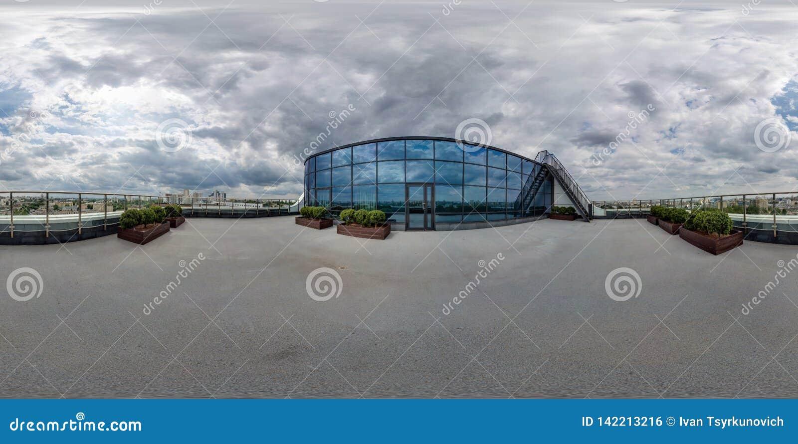 MINSK, BIELORUSSIA - MARZO 2017: 360 gradi sferici completi di angolo di panorama senza cuciture di vista sul tetto dell hotel mo