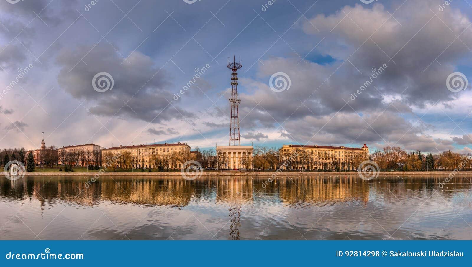 Minsk, capitale du Belarus Remblai panoramique d Autumn View Of The River Svisloch, centre de télévision de Minsk avec la tour de