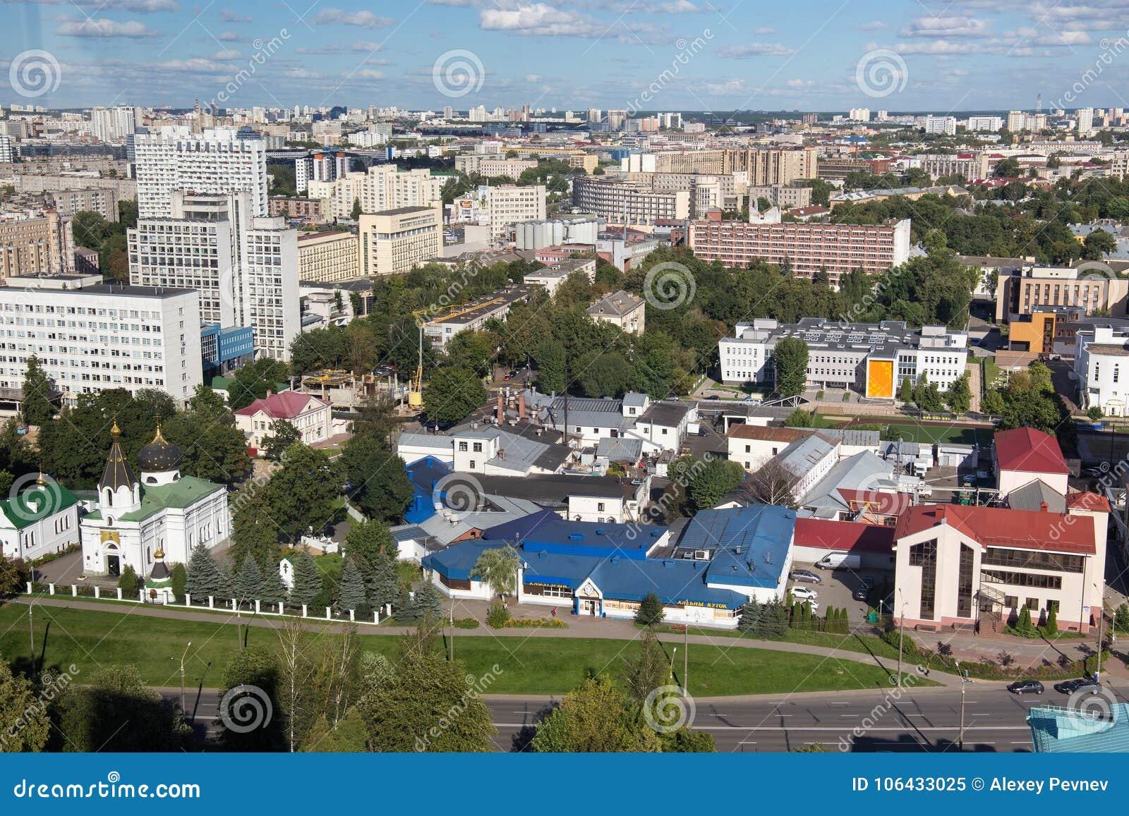 MINSK VITRYSSLAND - AUGUSTI 15, 2016: Flyg- sikt av den sydöstliga delen av Minsken med gamla sovjetiska byggnader