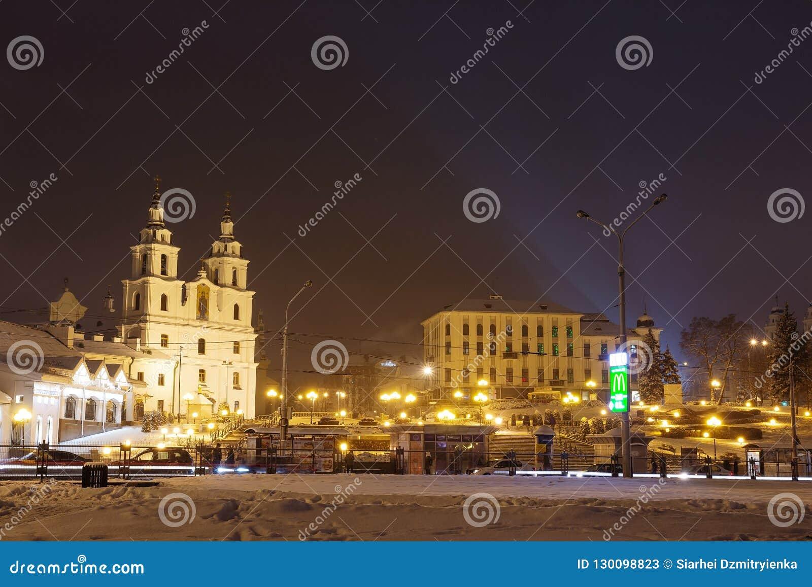 Minsk Vitryssland - februari 11, 2018: Natt Minsk Berömd fyrkant i Minsk Vitryssland huvudstad gammal town cityscapejanuari mosco