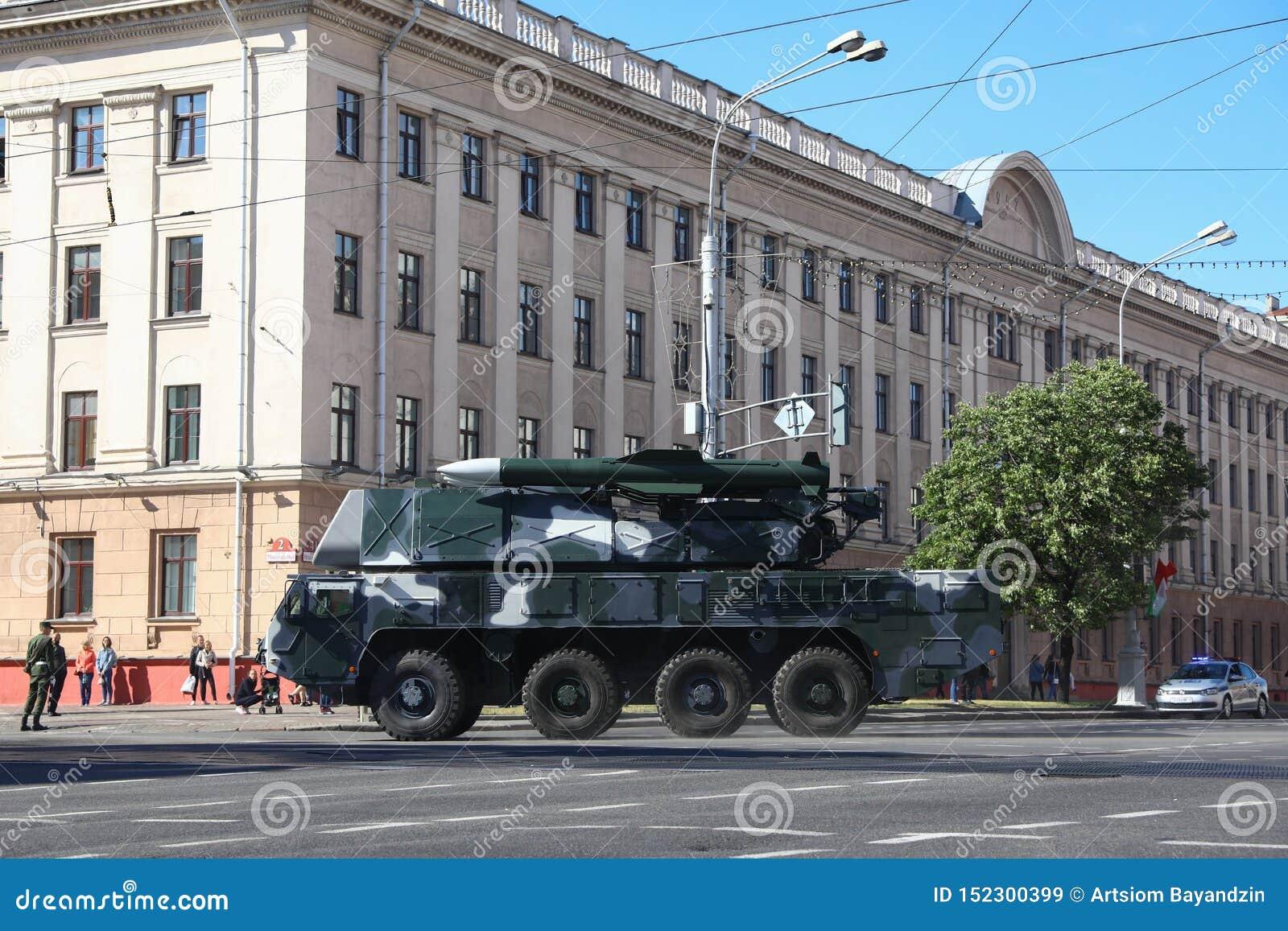 Minsk Vitryssland - Juli 3, 2019: militärfordon på dess väg till ståtar av självständighetsdagen av Vitryssland på Juli 3rd