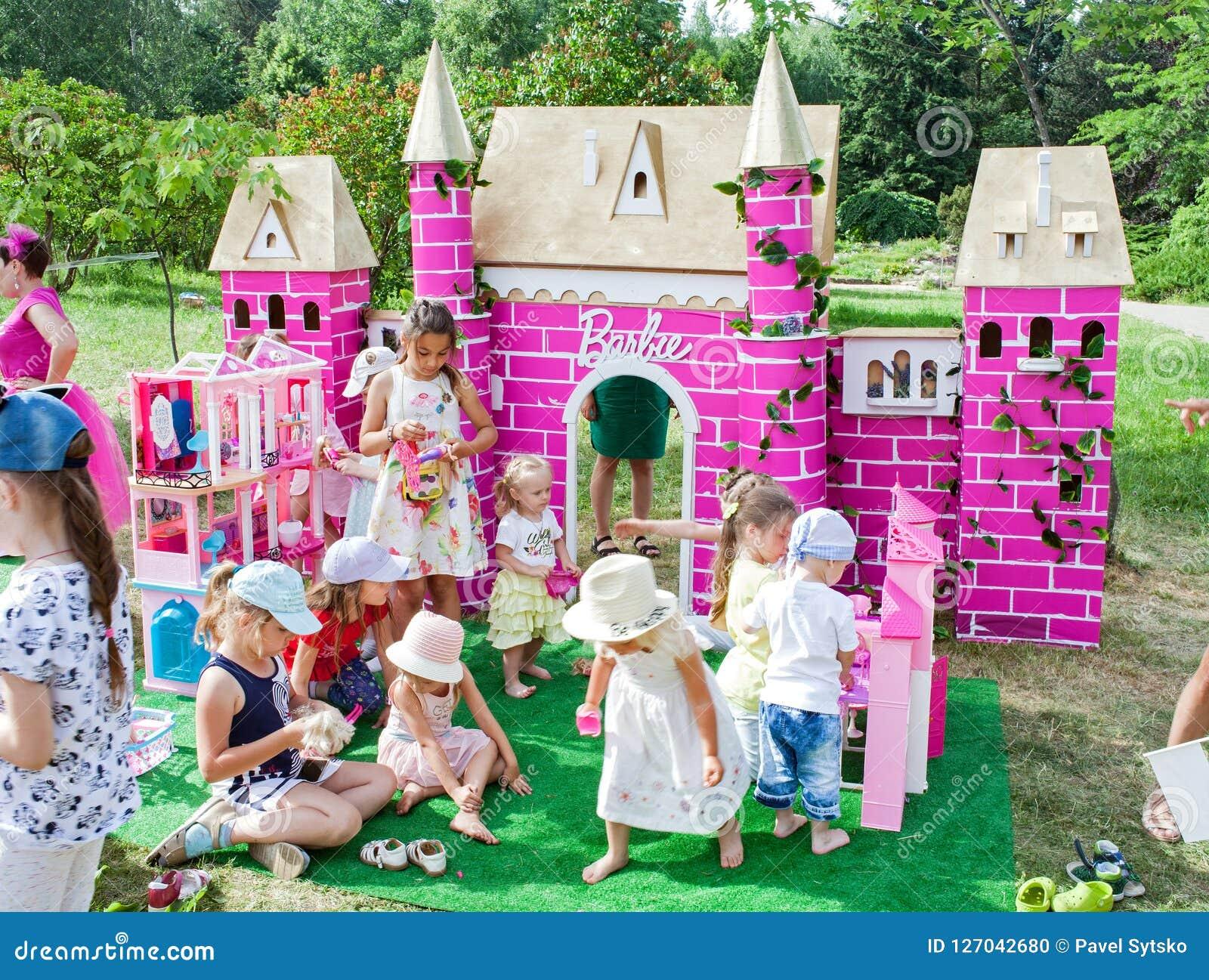 Minsk Vitryssland, Juni 3, 2018: Barnlek med dockor på lekplatsen Barbie