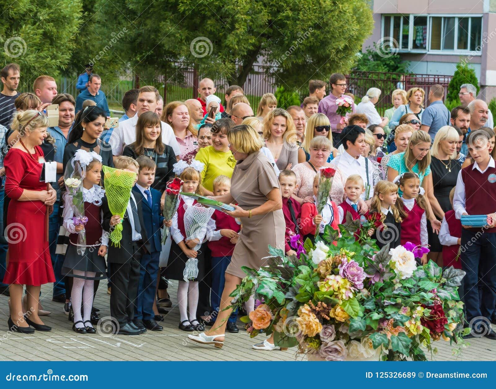 Minsk Vitryssland - September 1, 2018 ger läraren första-kvaliteten